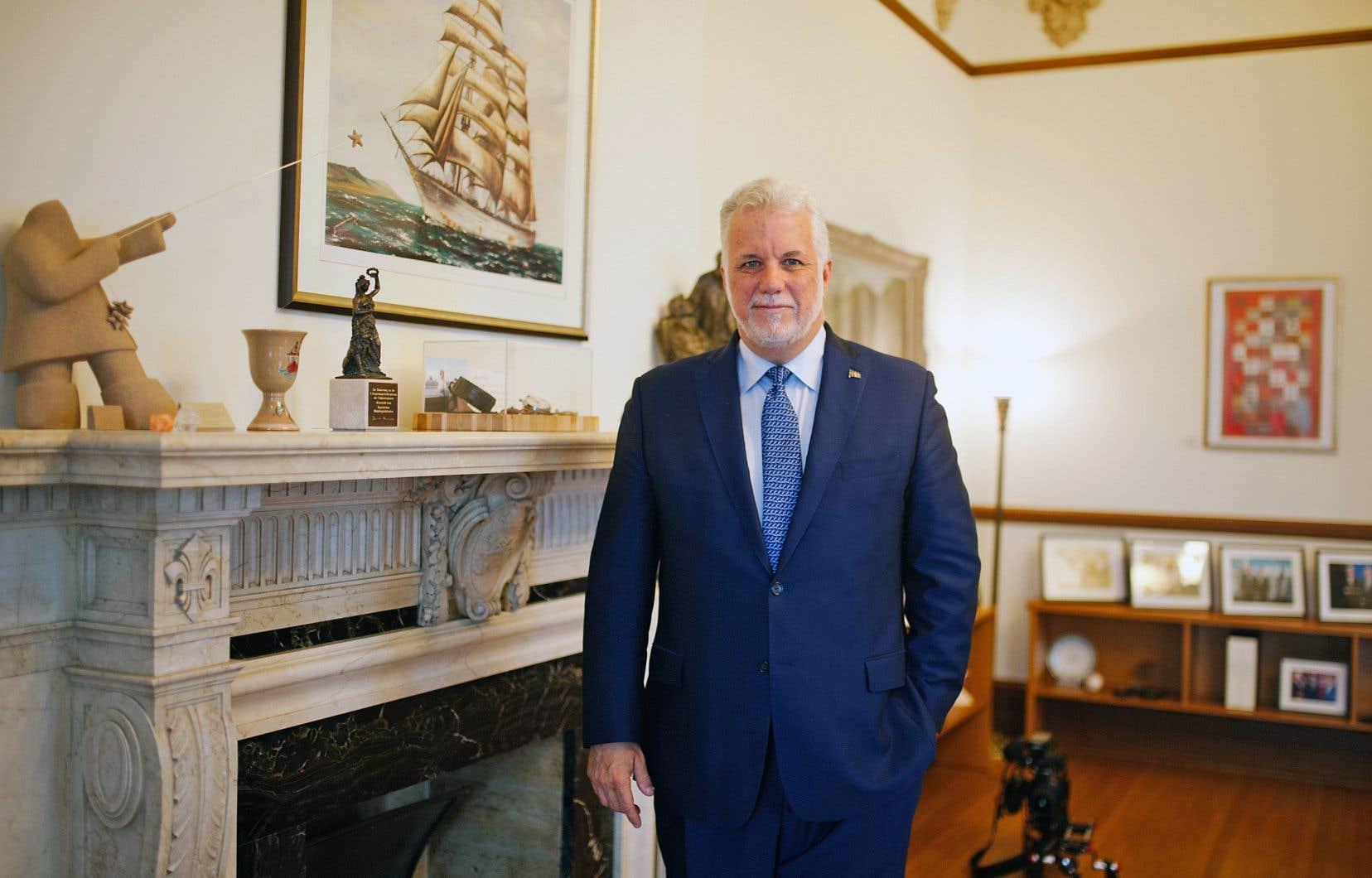 «Il y a toujours de la houle lorsqu'on gouverne. Ce n'est pas un fleuve tranquille», a dit le premier ministre, expliquant la présence d'un tableau représentant un voilier sur les murs de son bureau de l'édifice Honoré-Mercier.