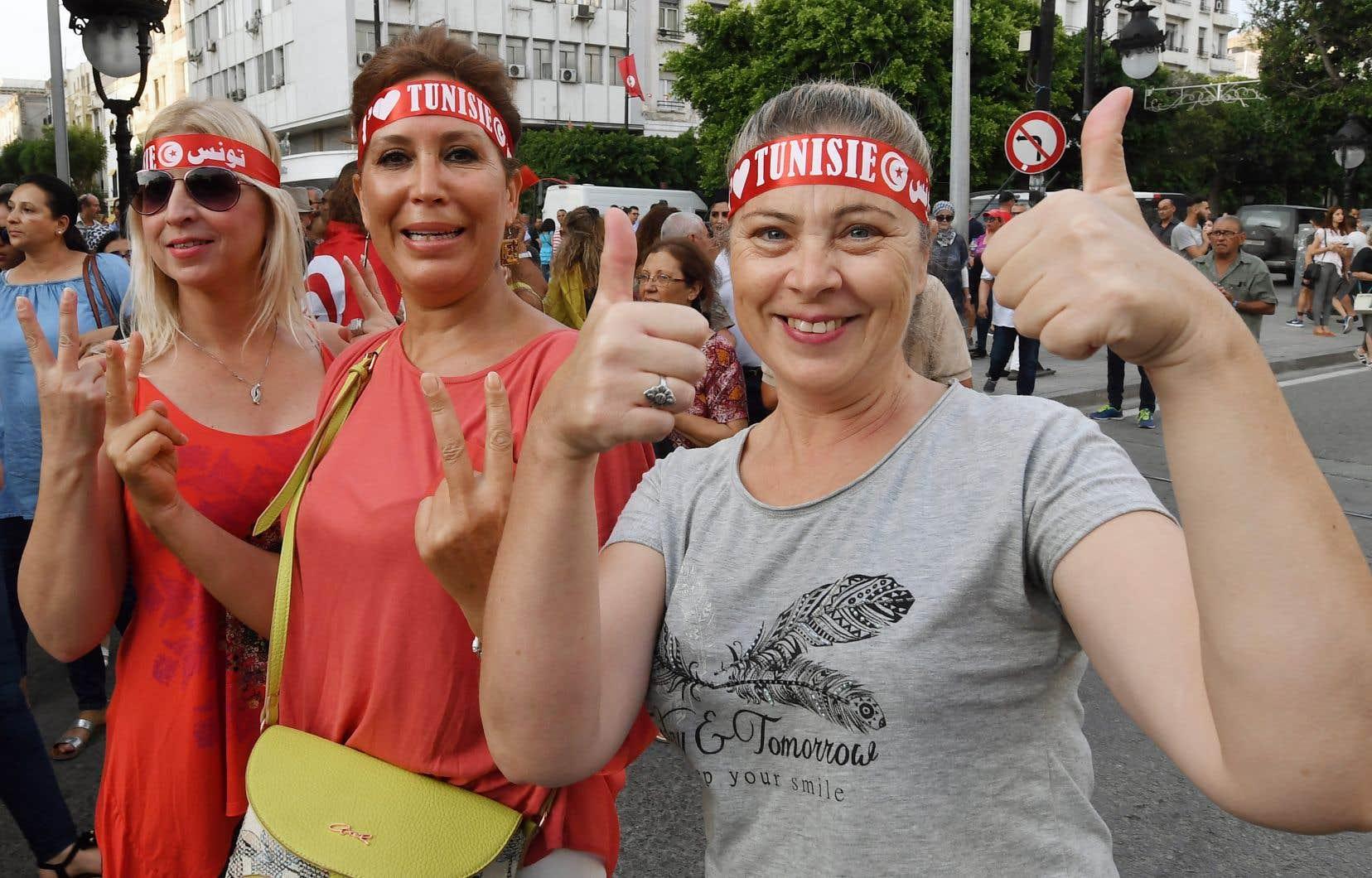 Plusieurs Tunisiennes sont descendues dans les rues de Tunis, lundi, après l'annonce du projet de loi visant à donner une plus grande égalité aux femmes en matière d'héritage. Mais la question divise les élus et on ignore si la loi sera adoptée.