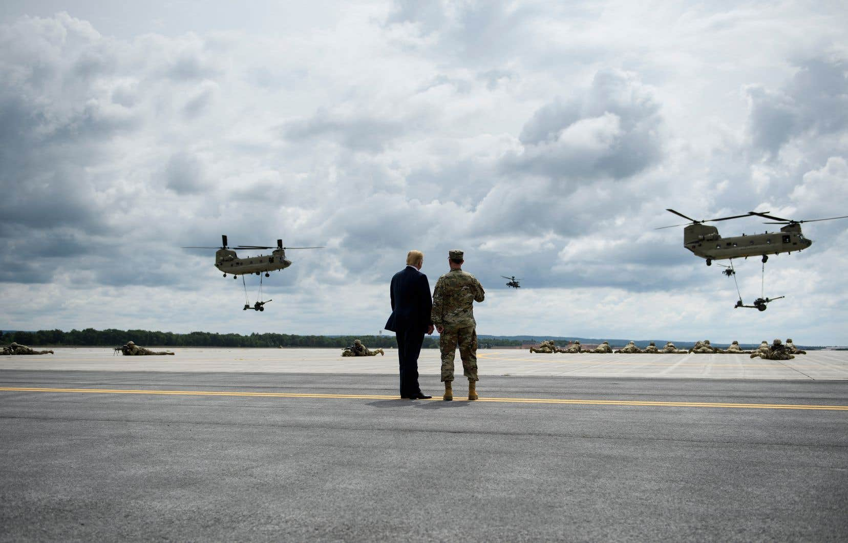 Donald Trump (à gauche) observait un exercice d'assaut aérien à Fort Drum, dans l'État de New York, lundi. Selon le patron de CAE,l'appétit du président américain pour les dépenses du secteur de la défense représente une aubaine pour la société montréalaise.