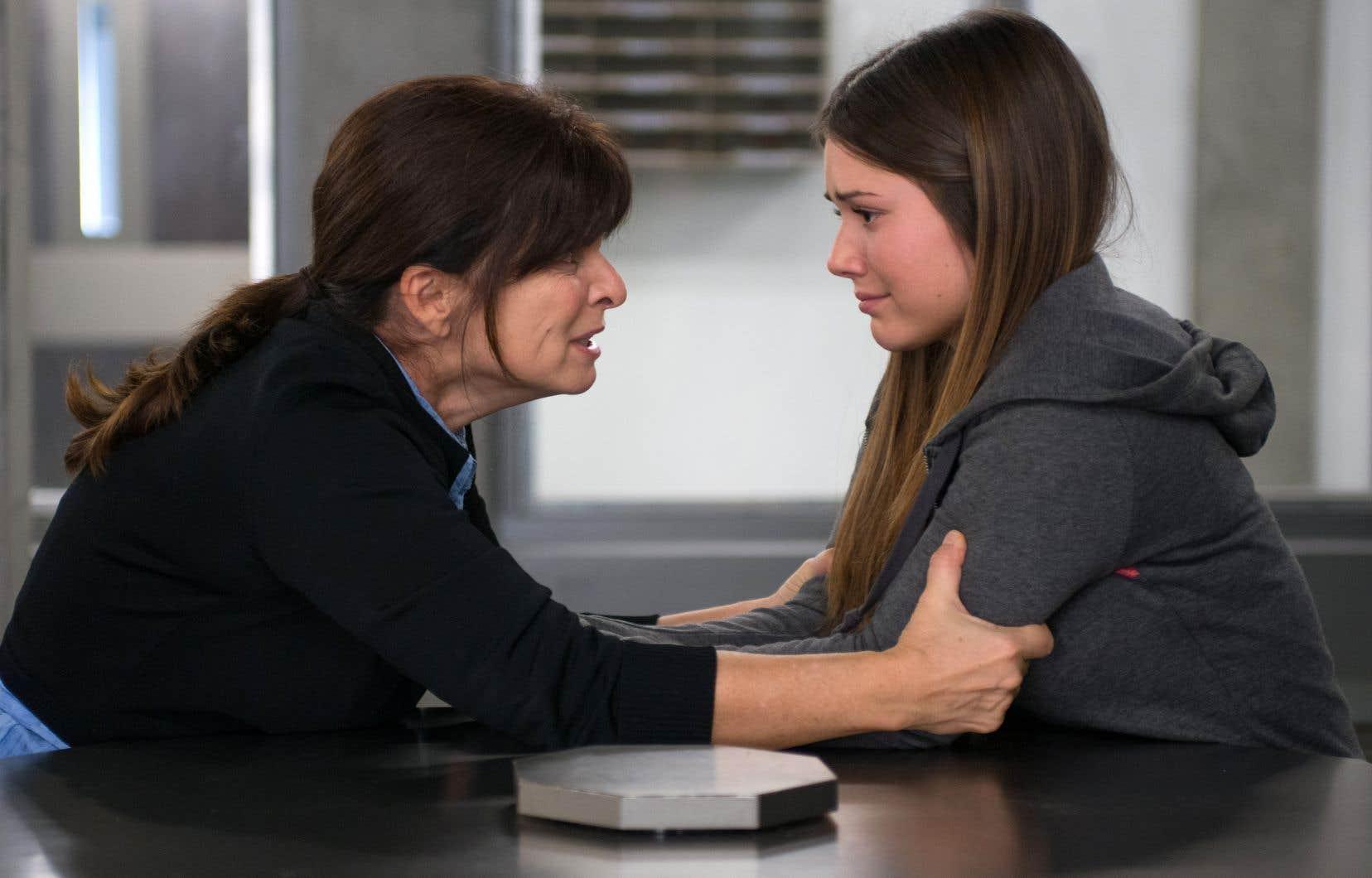 Les comédiennes Guylaine Tremblay (à gauche) et Frédérique Dufort lors d'une scène d'«Unité 9».