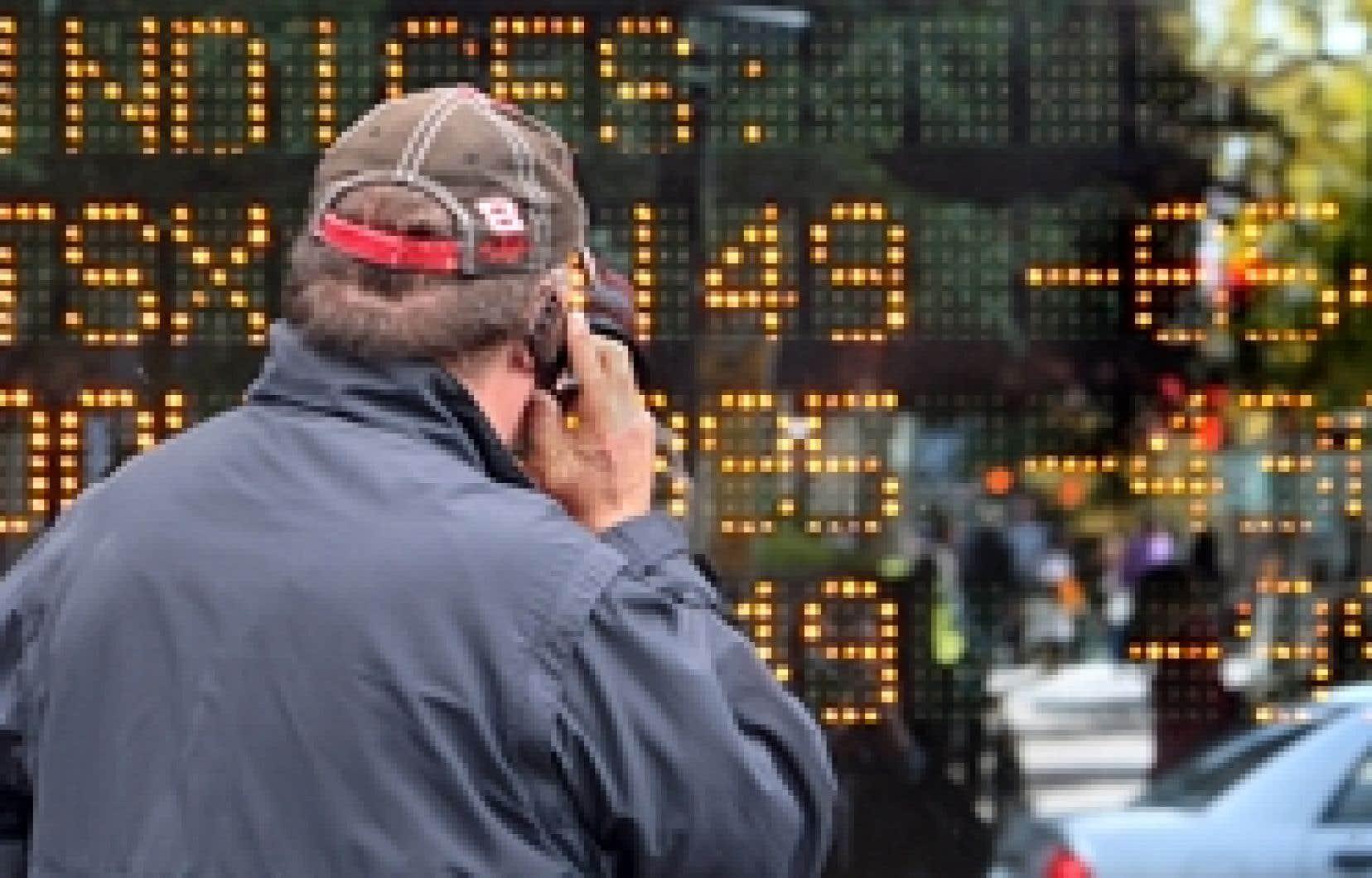 Cellulaire à l'oreille, un courtier surveillait hier le plongeon des indices boursiers sur le tableau lumineux de la Banque Laurentienne, avenue McGill College, hier, à Montréal.
