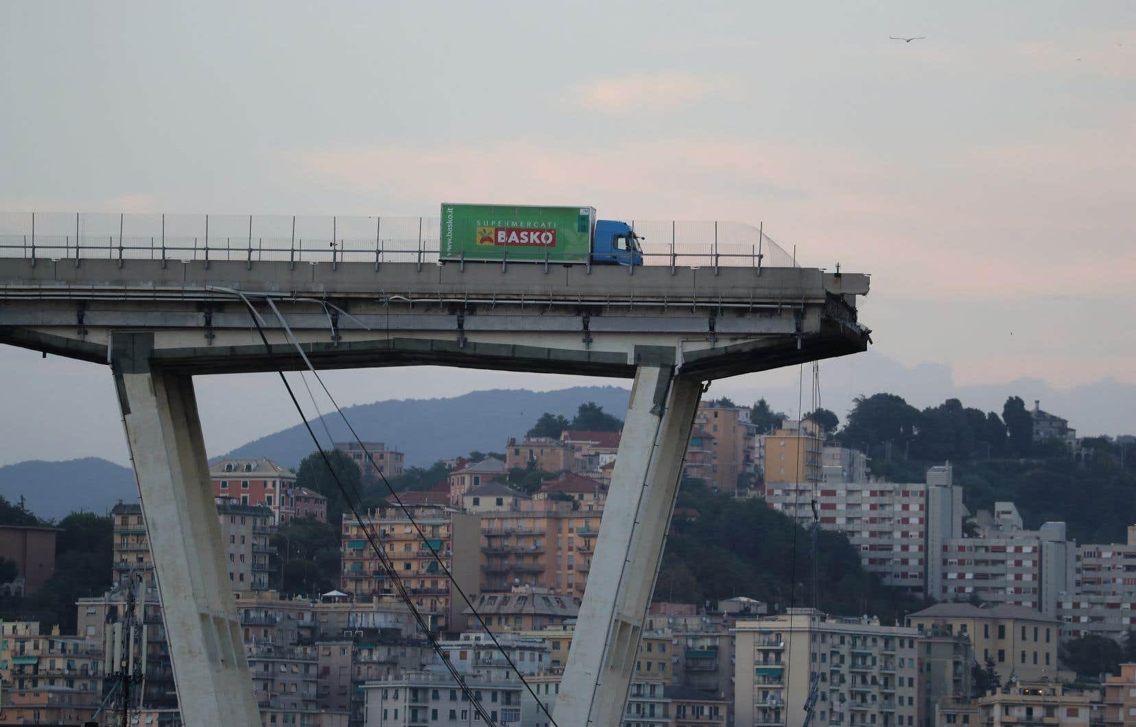 Un camion vert est resté figé sur la partie gauche du pont, à quelques mètres du précipice.