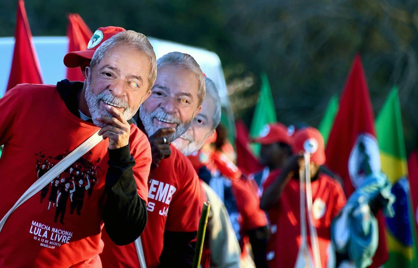 Des militants de gauche ont marché dans la rue pour réclamer la libération de l'ancien président Luiz Inácio Lula da Silva, se couvrant le visage d'un masque de leur leader.
