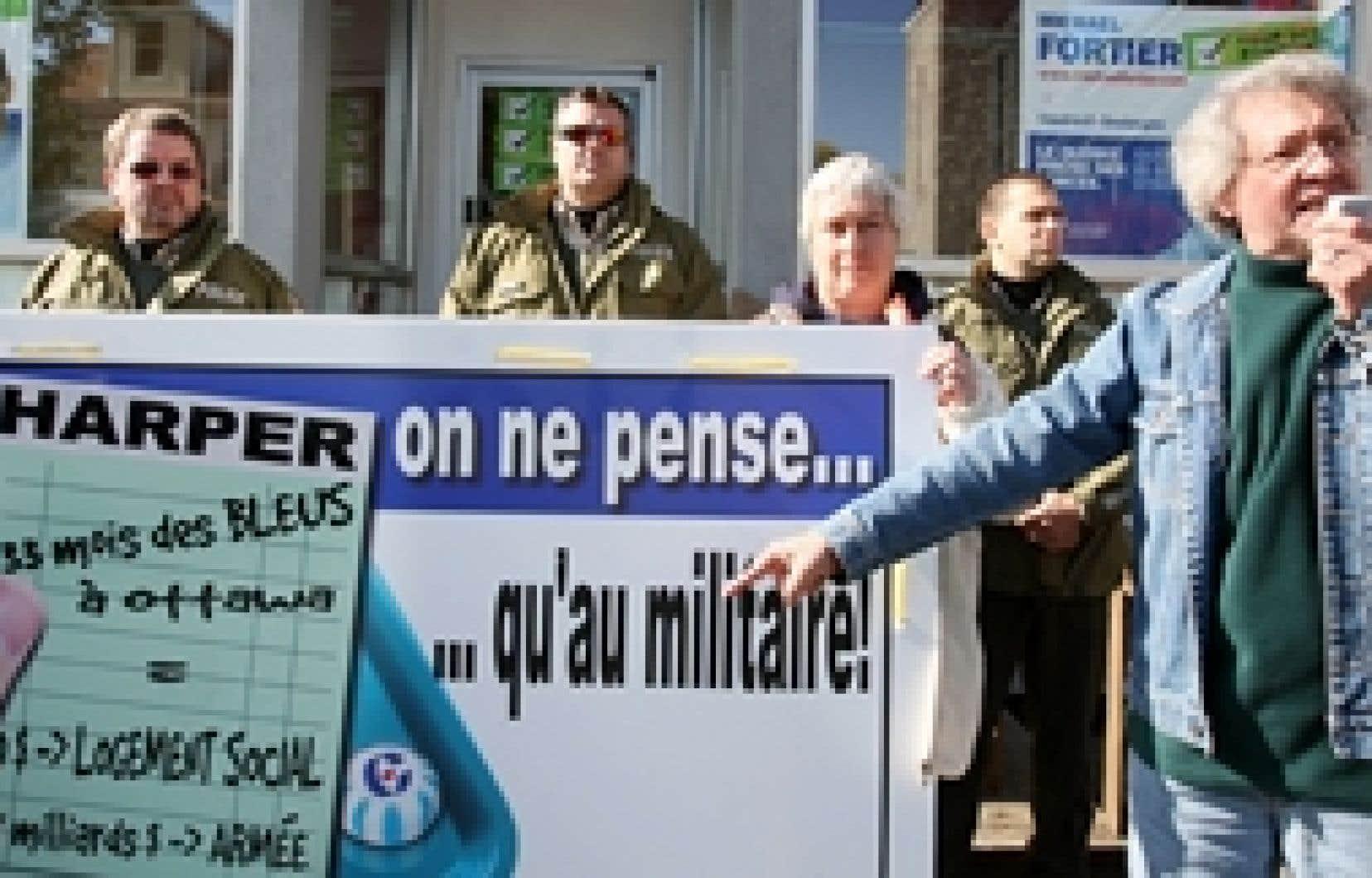 Une centaine de personnes associées au Front d'action populaire en réaménagement urbain (FRAPRU) ont manifesté hier devant les bureaux du candidat conservateur Michael Fortier dans Vaudreuil-Dorion.