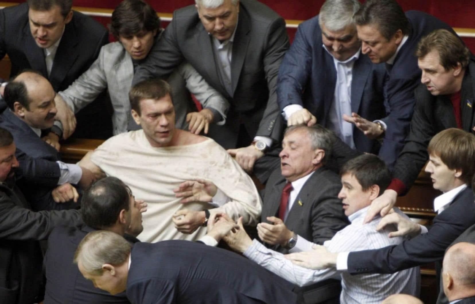 Fumigènes, œufs, coups de poing, morsures: l'hémicyle ukrainien s'est transformé en foire d'empoigne hier