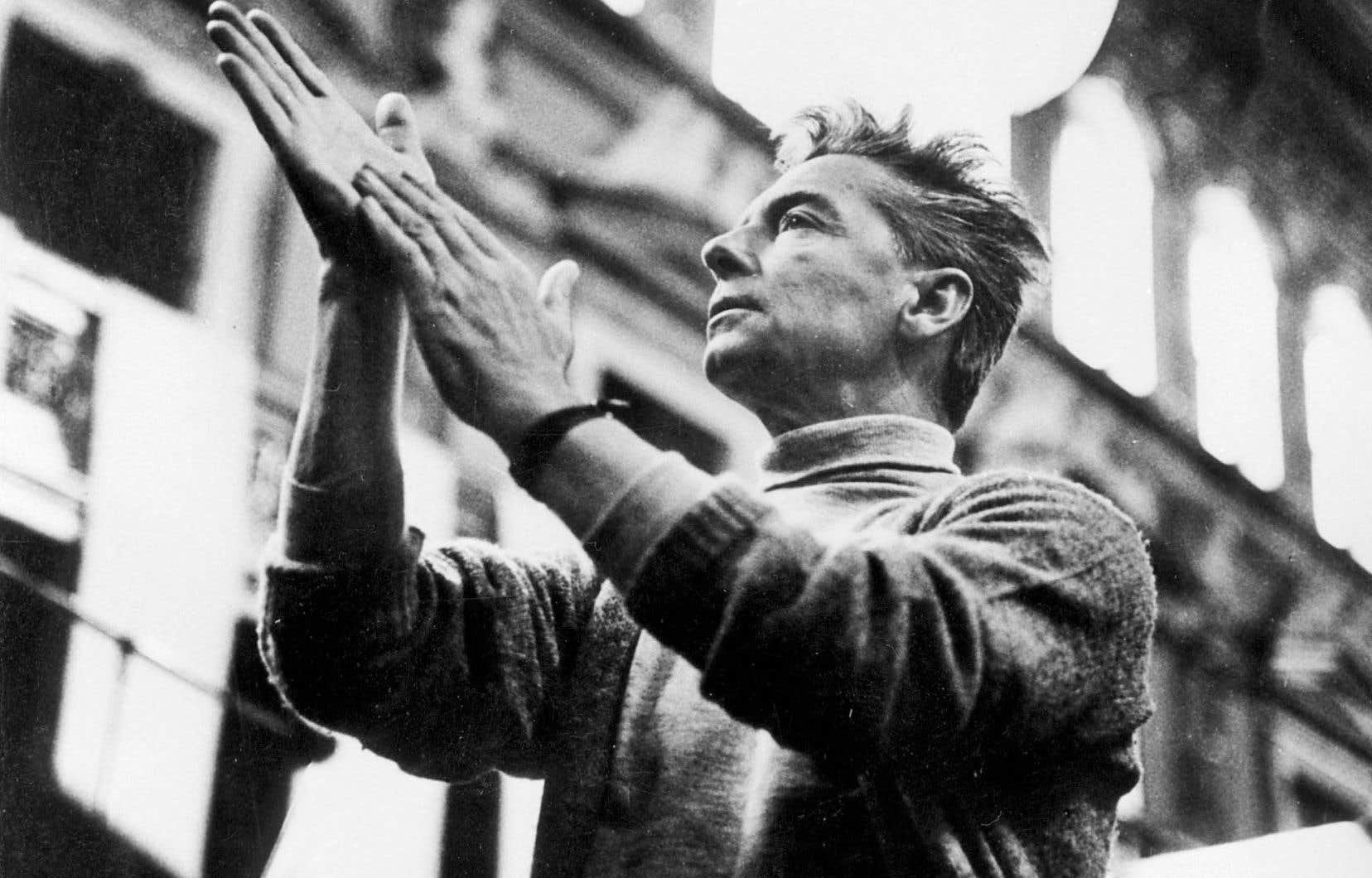 Le chef Herbert von Karajan dirigeant un orchestre à Berlin en 1950