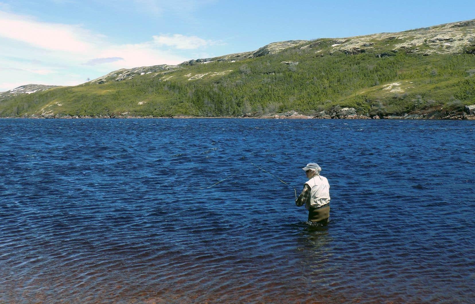 Garland Nadeau connaît par cœur la rivière Saint-Paul, l'une des plus belles rivières à saumon du Québec. Pour lui, la rivière est une messe et la pêche, sa liturgie.
