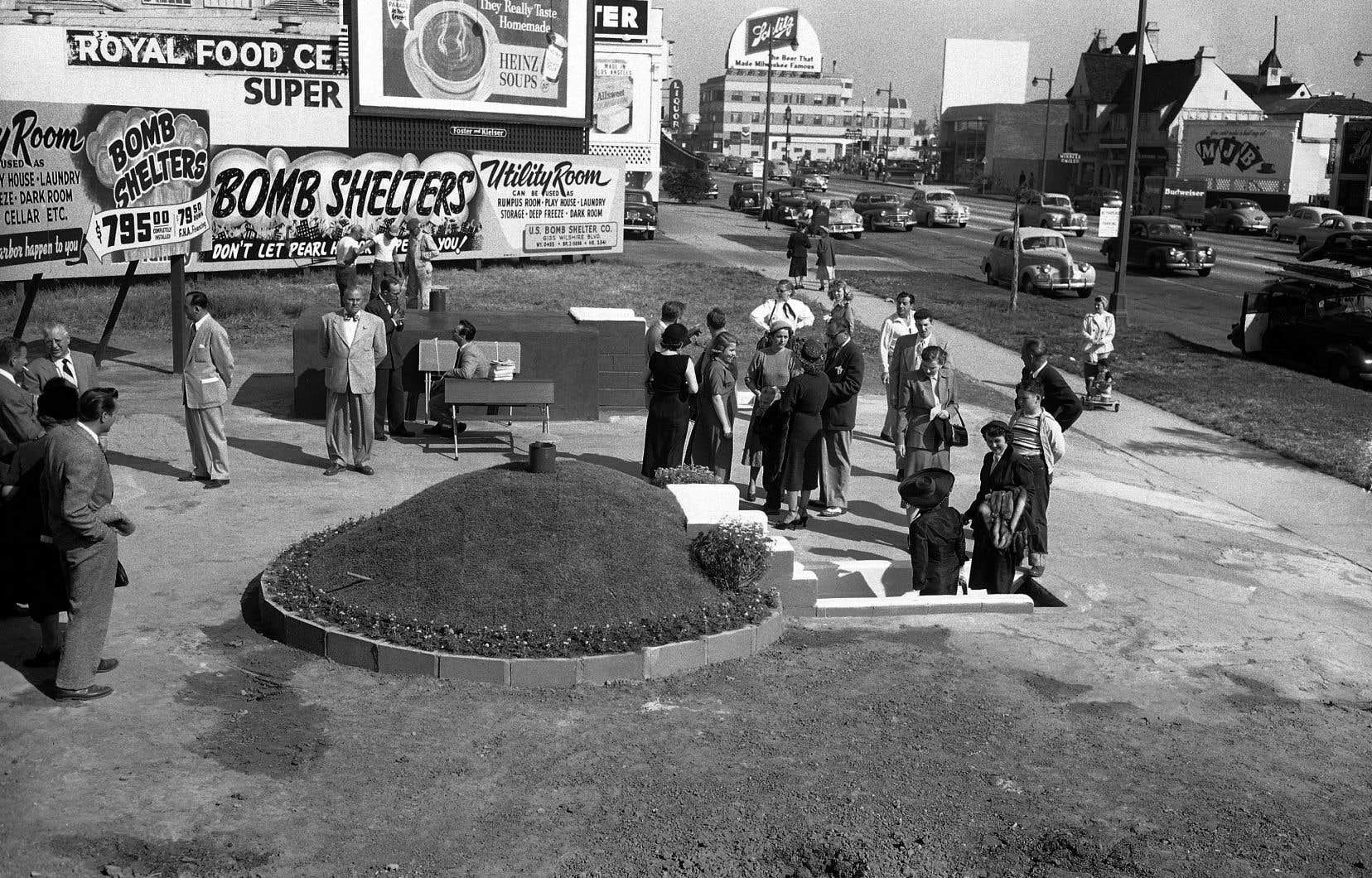 Dans les premières années de la guerre froide, des entrepreneurs ont commencé à proposer aux Américains la construction d'abris antinucélaires domestiques. Comme aux États-Unis, le Canada avait élaboré à l'époque un système d'alerte sonore en cas d'attaque soviétique.