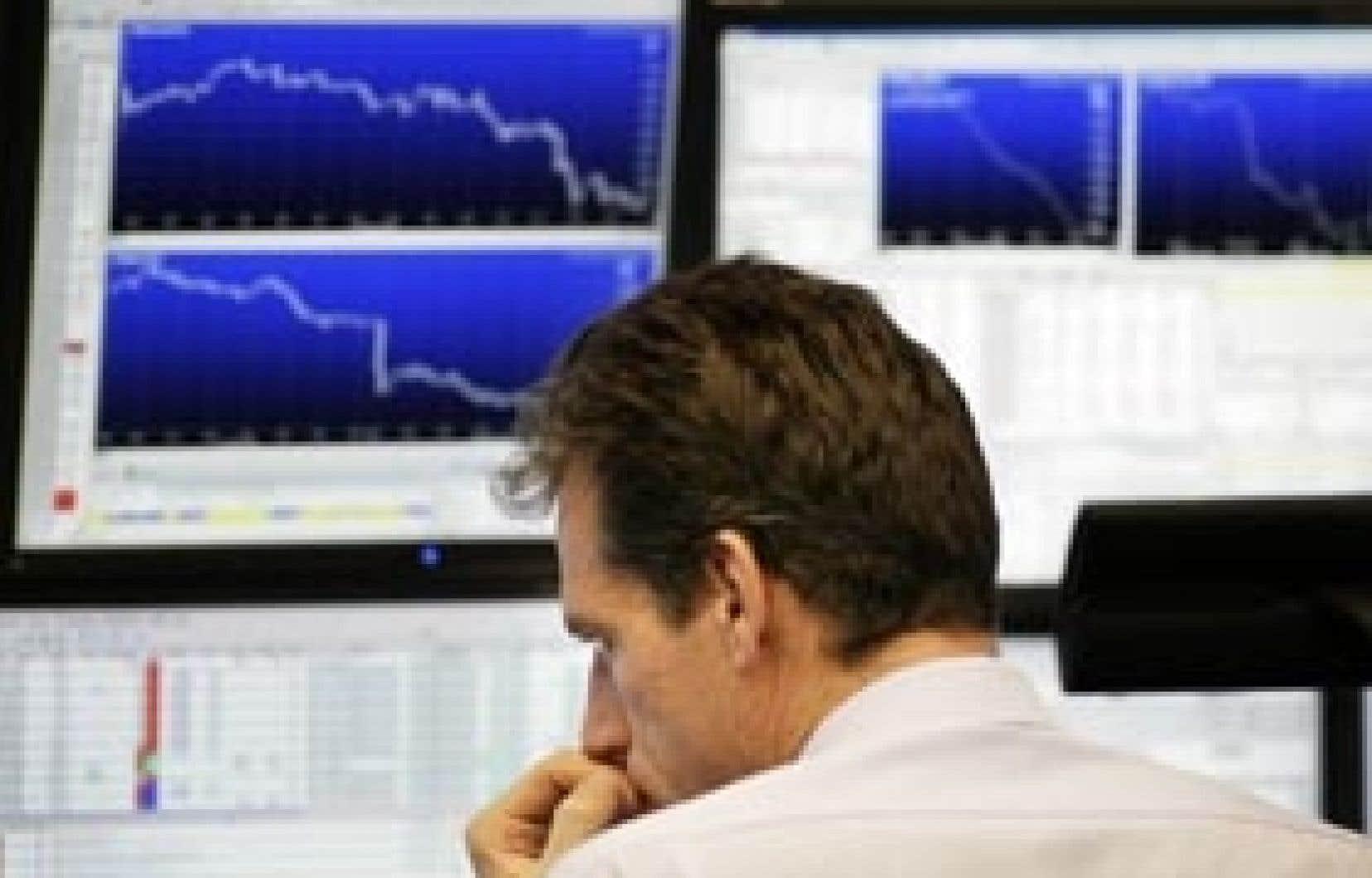Un courtier allemand regarde les cours de la Bourse de Francfort, le DAX. Les pays européens annoncent les uns après les autres des garanties illimitées, ou revues à la hausse, des comptes bancaires des particuliers, pour éviter des mouvements de pa