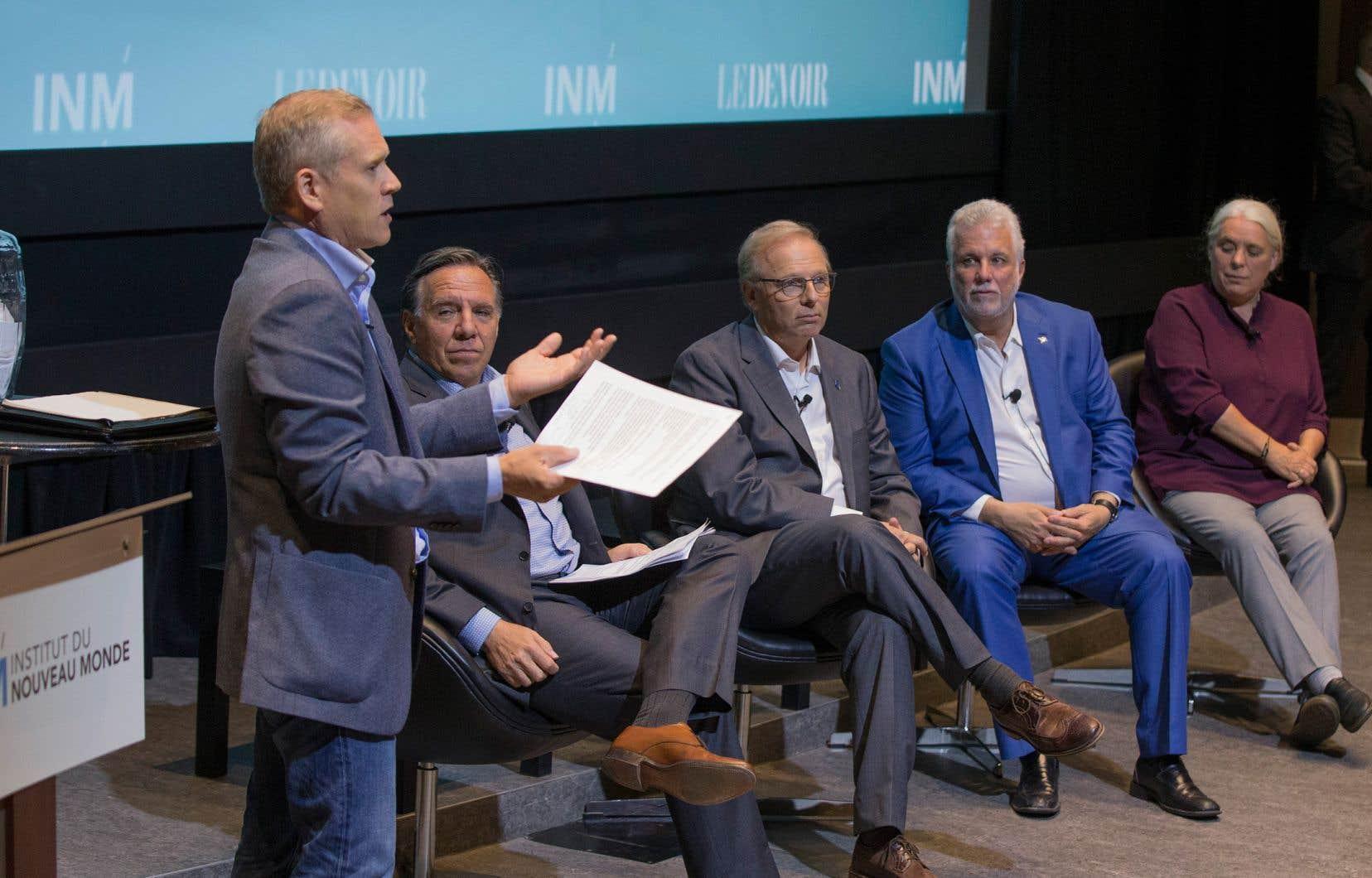 Chaque chef n'a eu à répondre qu'à cinq questions, tirées au sort au fil de la soirée animée par le directeur du «Devoir», Brian Myles (à gauche).