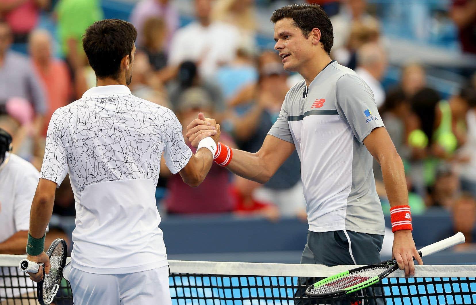 Milos Raonic (à droite) a félicité son adversaire après leur échange, qui a duré plus de deux heures et demie.