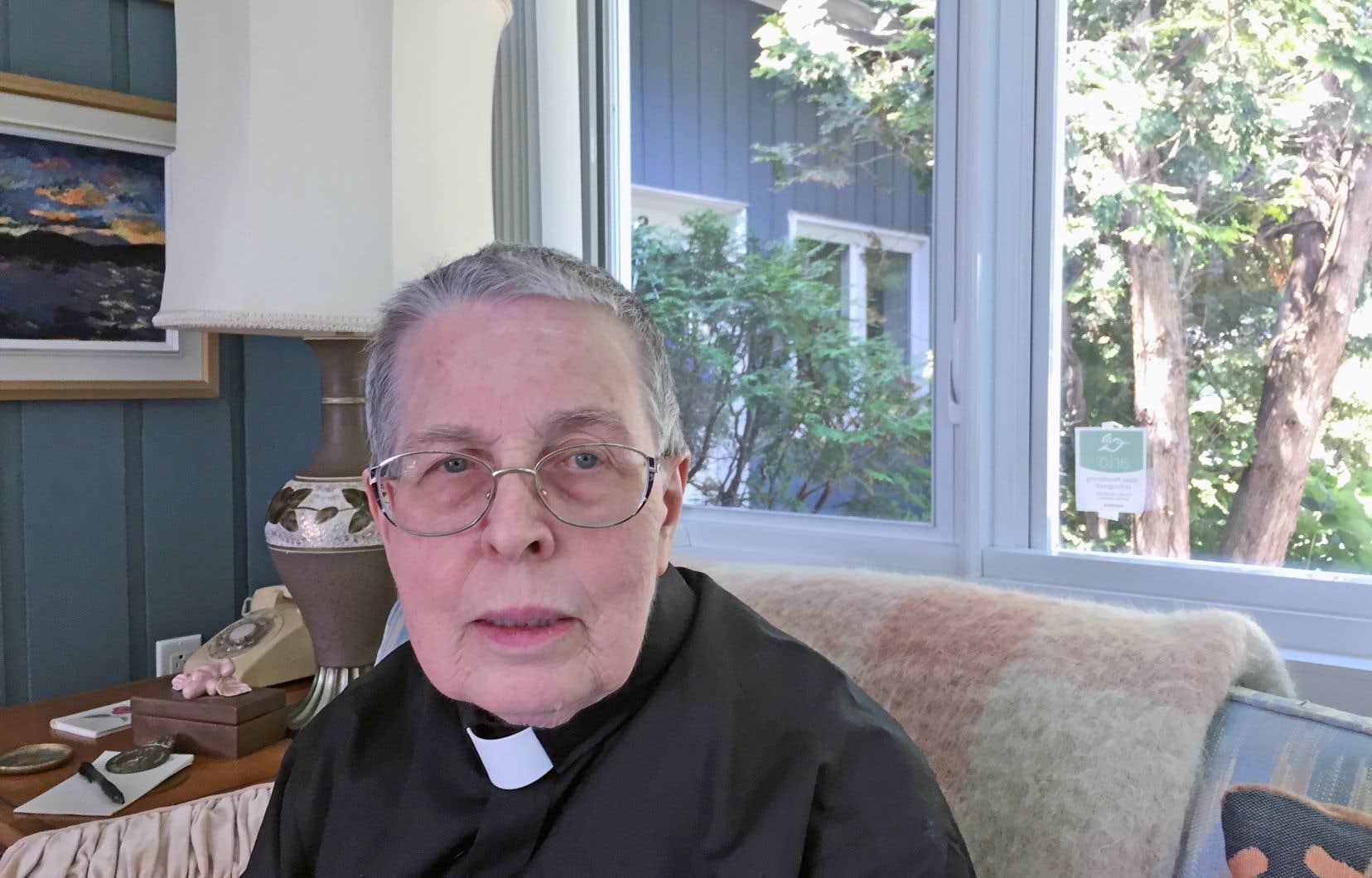 Retraitée, Linda Spear vivait à Sutton depuis plusieurs années lorsqu'elle a été ordonnée prêtre par l'entremise de l'association RCWP, dans l'Église anglicane.