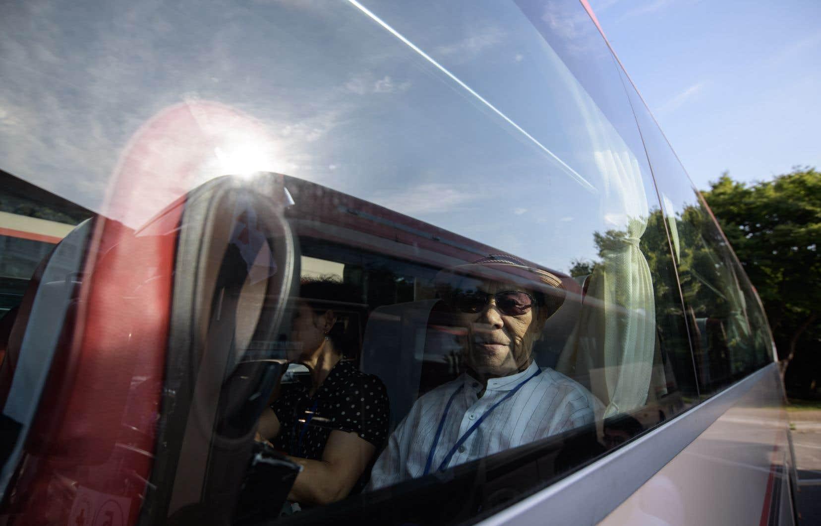 Le convoi de 14 autocars, à bord desquels la plupart des 89 passagers sont âgés, est parti sous escorte policière de la ville portuaire de Sokcho.