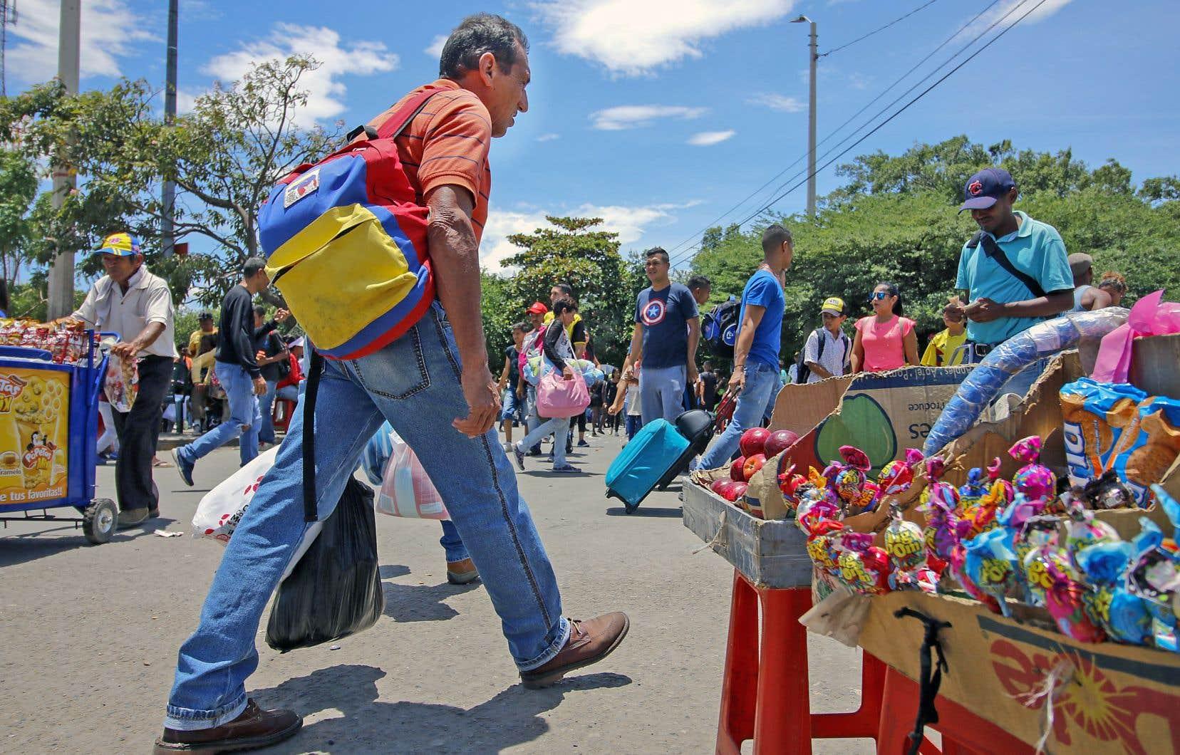 Des Vénézuéliens vendent des produits dans la région de Norte de Santander, en Colombie, à la frontière avec le Venezuela.