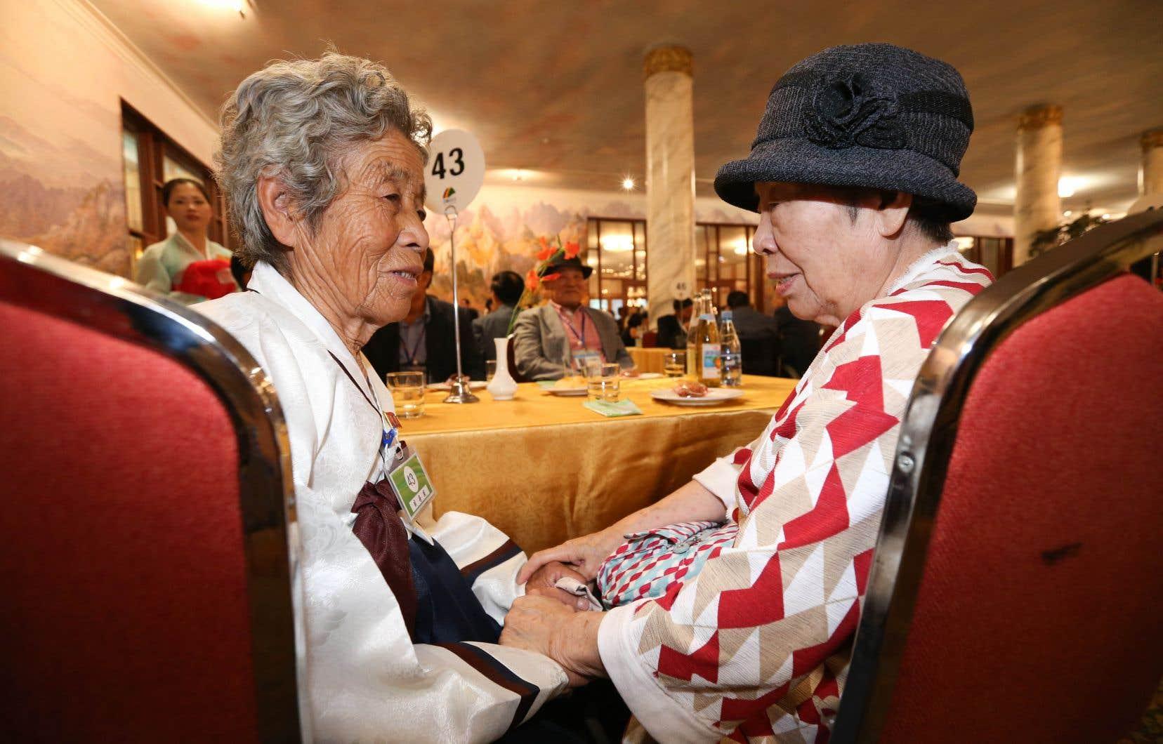 Ri Yong-hee, 84 ans, et sa soeur Lee Eun-im, 87 ans, se sont revues pour la première fois depuis la fin de la Guerre de Corée, en 1953.