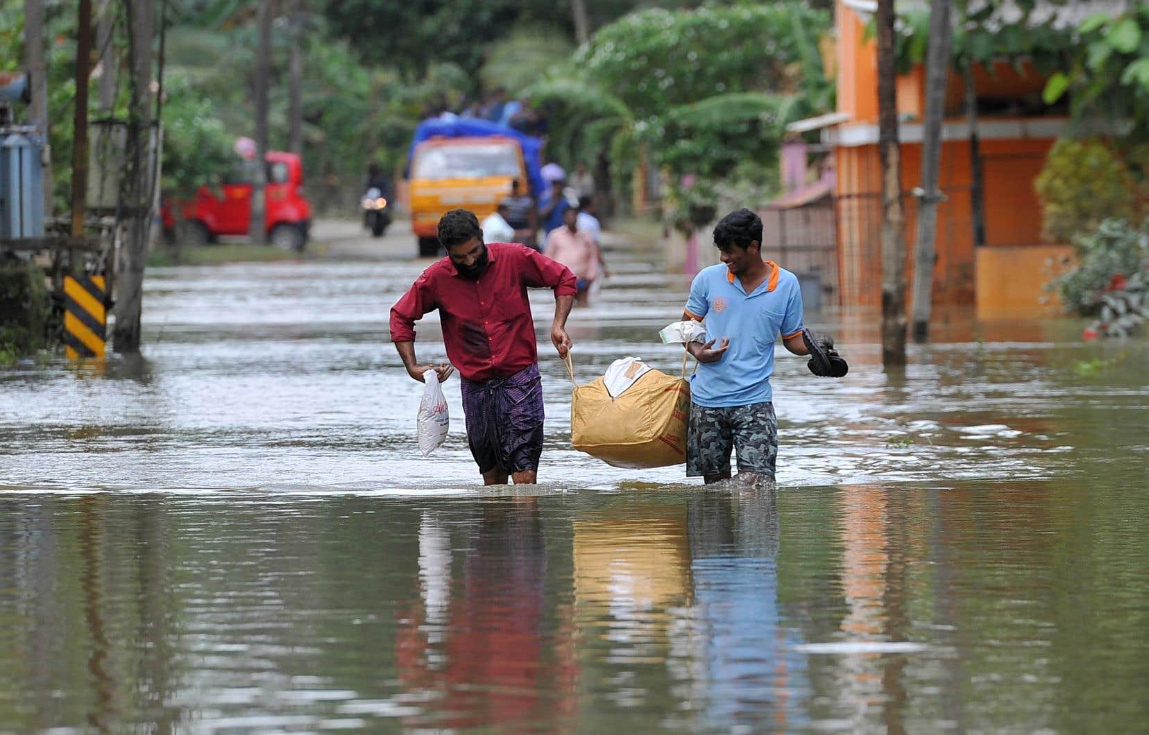 À Pandanad, dans l'un des districts les plus touchés du Kerala, l'eau potable et les vêtements secs manquent cruellement.