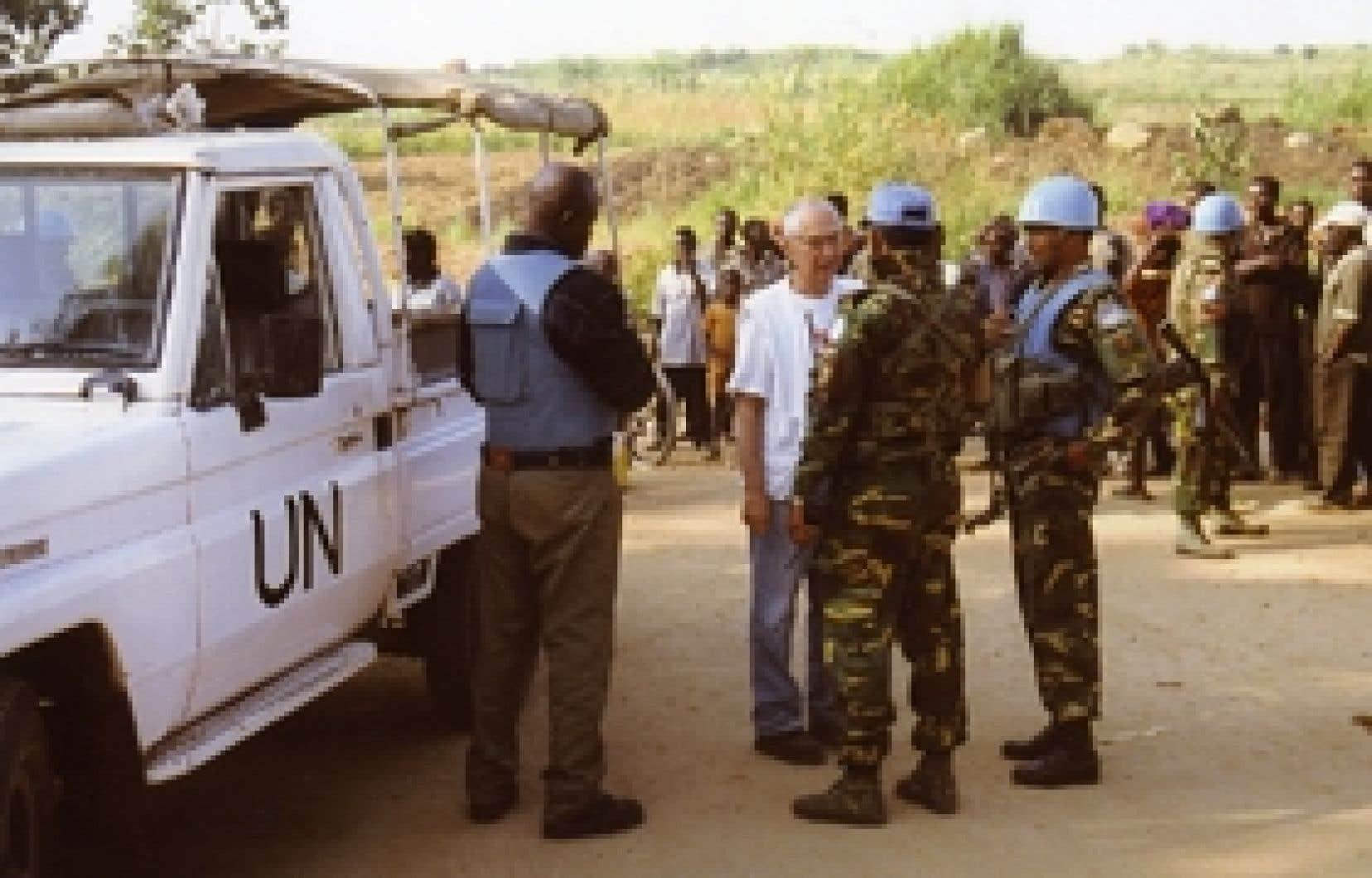 Le Dr Vincent Échavé photographié en compagnie d'un groupe de Casques bleus, en République démocratique du Congo.