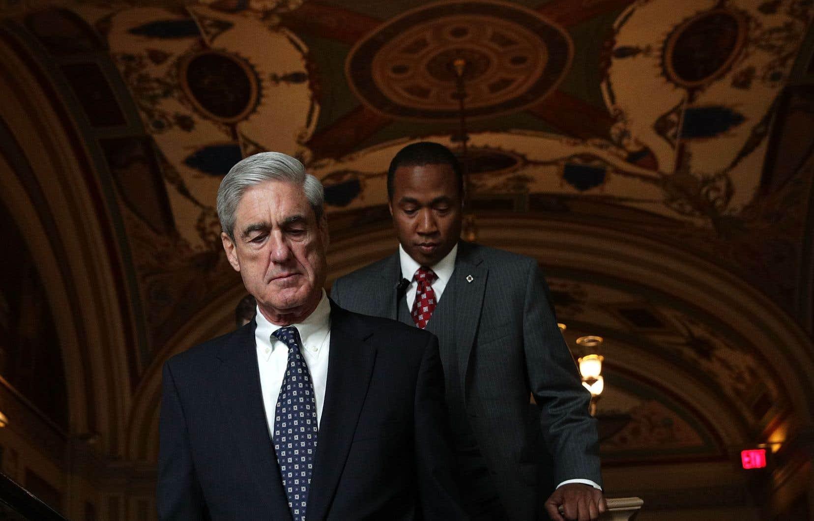 Leprocureur spécial Robert Mueller (à gauche)