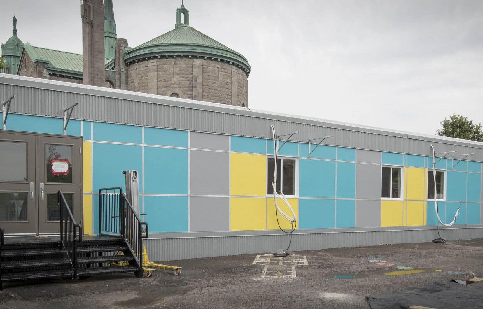 À quelques jours de la rentrée, les écoles mettaient les bouchées doubles pour terminer l'installation des modulaires lors du passage du «Devoir» vendredi dernier.