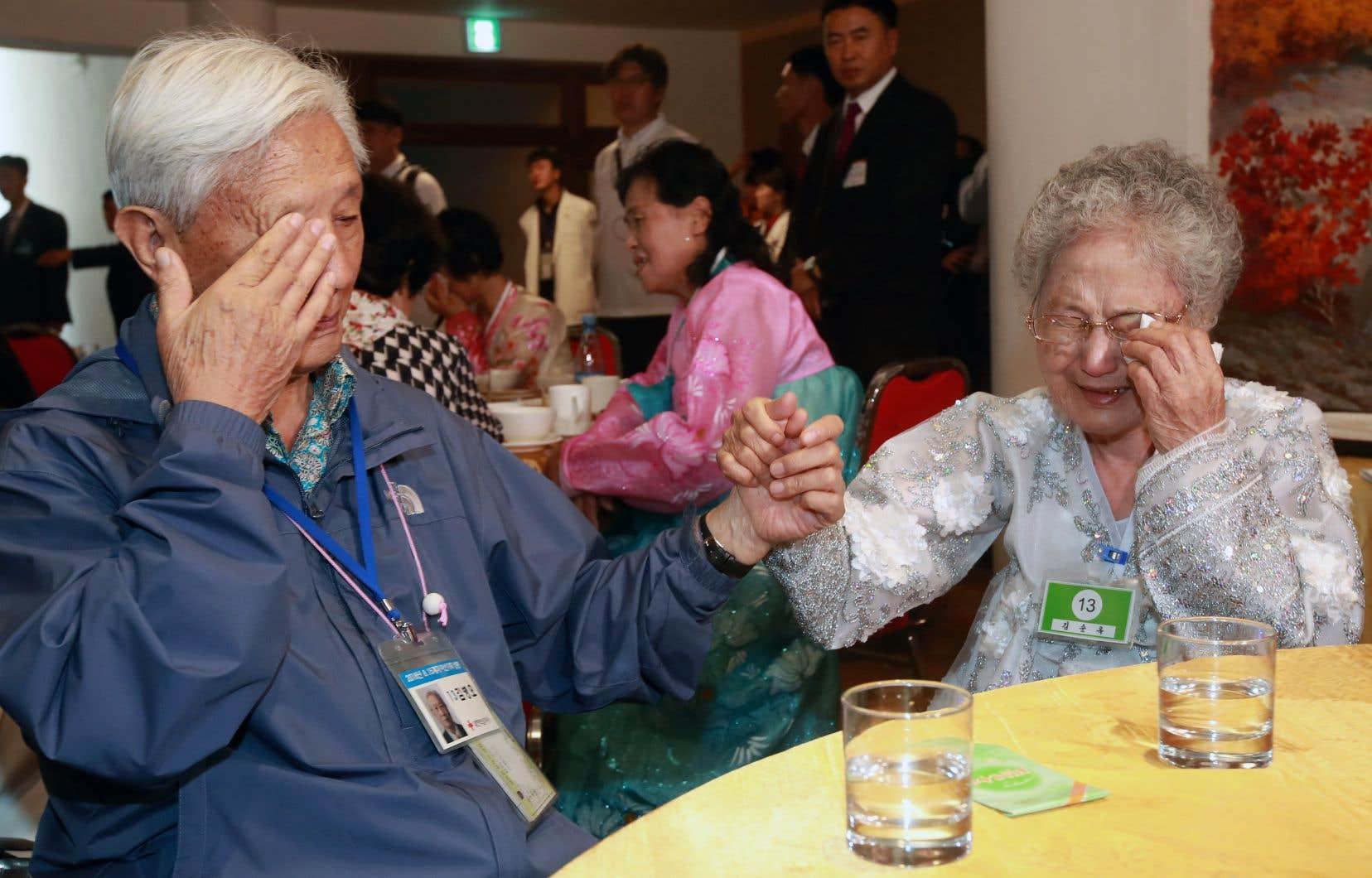 Le Sud-Coréen Kim Byung-oh, 88ans, pleure avec sa sœur, la Nord-Coréenne Kim Sun-ok, 81ans, lors de leur dernière rencontre, avant d'être séparés à nouveau par la frontière étanche entre les deux pays.