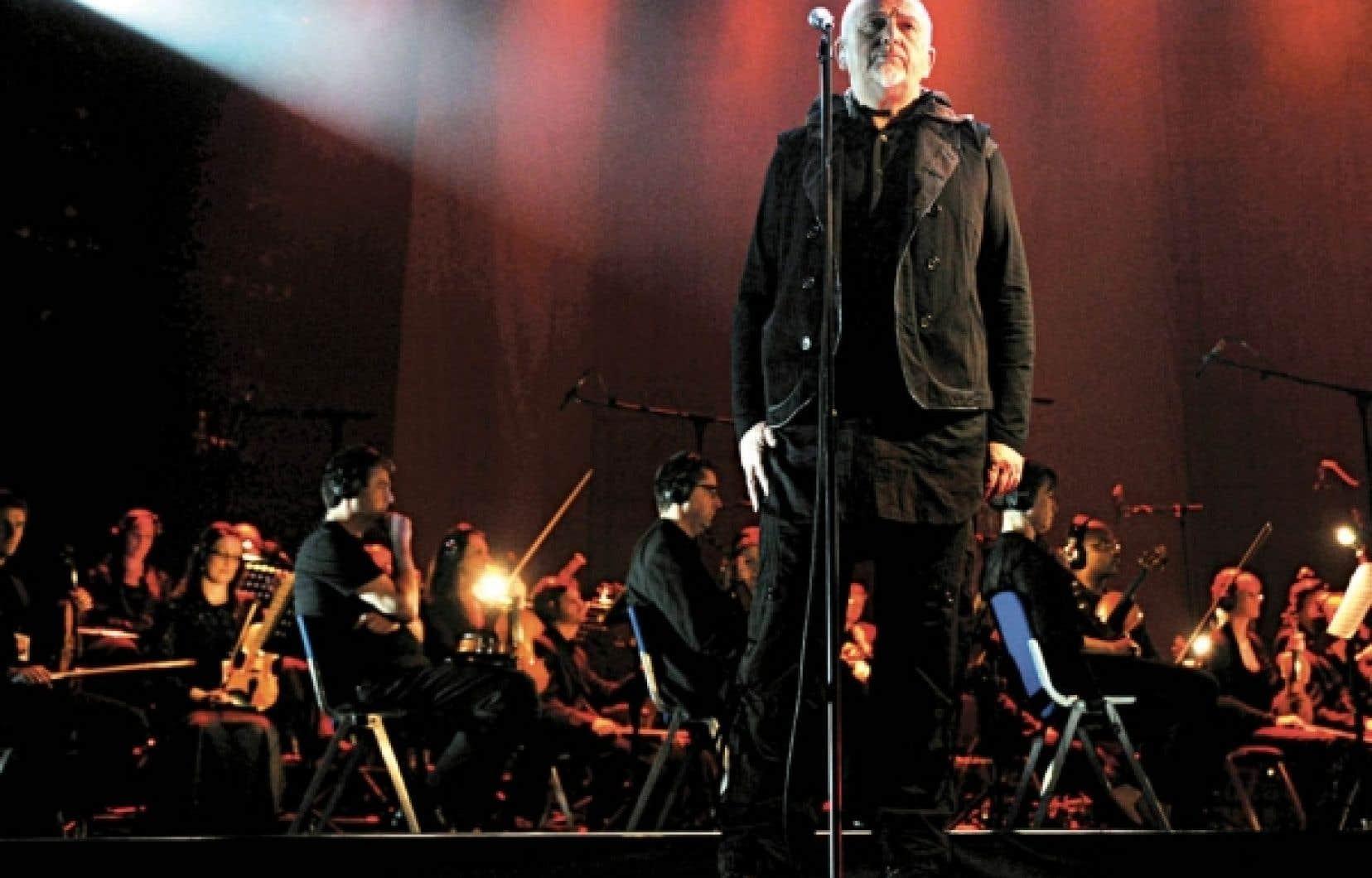 La voix vibrante et forte d'un homme témoignant de la souffrance du monde, avec un orchestre de 54 musiciens pour en accentuer ou en dénuder le propos.