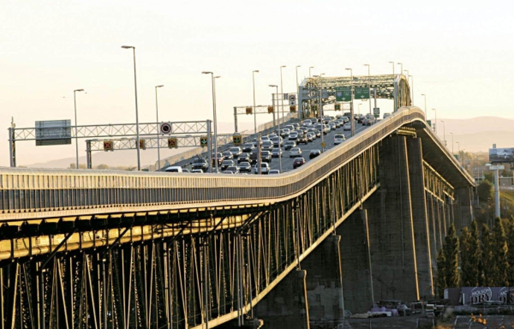 Grâce à la taxe sur l'essence, issue du dernier budget Bachand, Montréal touchera 43 millions de dollars qui serviront à combler le déficit structurel de la Société de transport de Montréal.