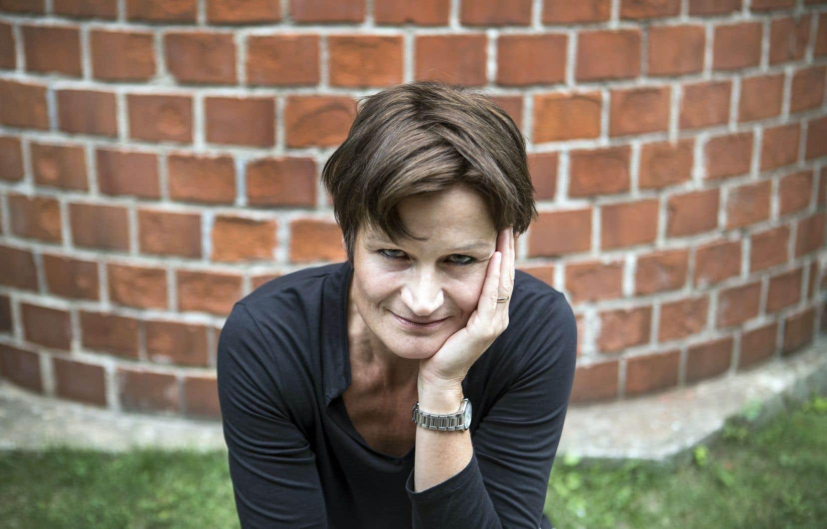 Angela Konrad adapte une critique de la société de consommation pour une distribution majoritairement féminine.