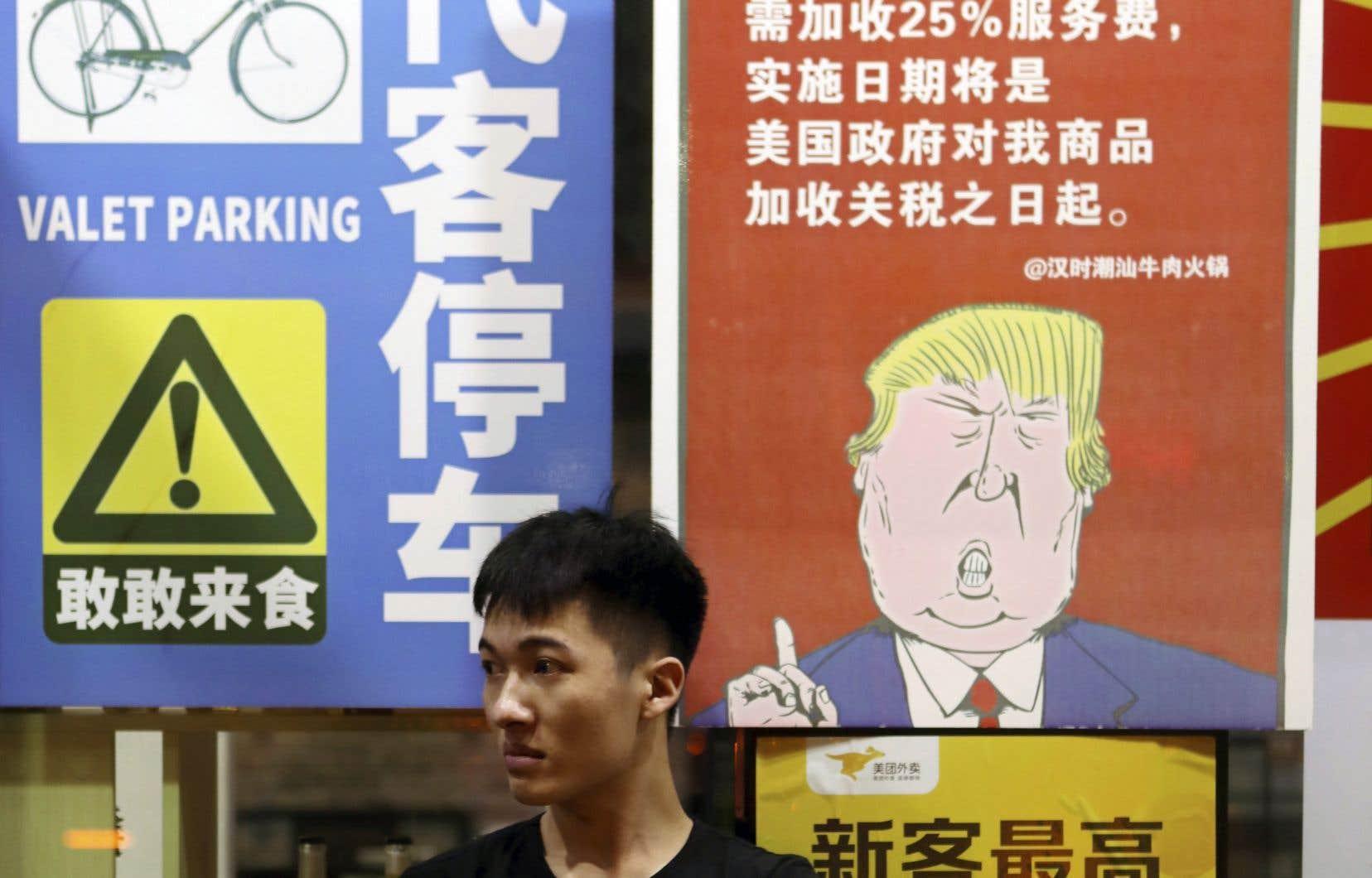 À Guangzhou, en Chine, une affiche mentionnait la semaine dernière que les consommateurs américains allaient devoir payer 25% plus cher, en conséquence de la guerre commerciale entre les deux pays.