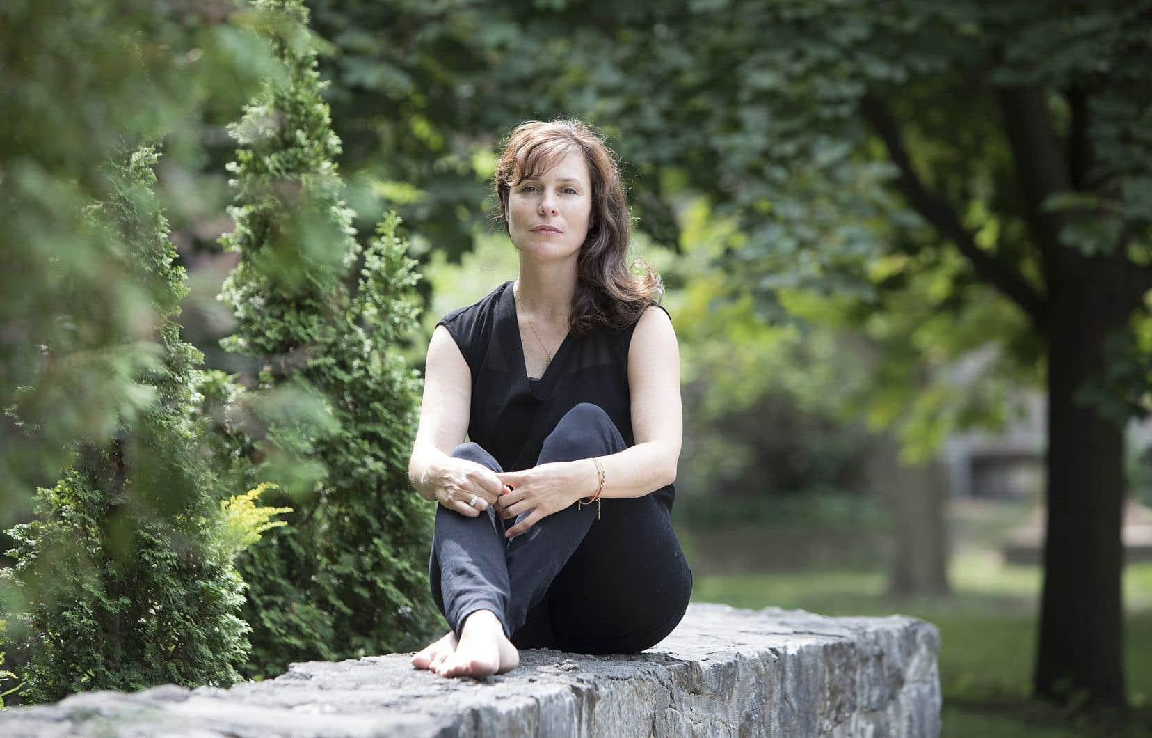 Dominique Fortier fait alterner, au fil d'une narration entre fiction et récit de soi, des épisodes imaginés de la vie d'Emily Dickinson avec le récit de sa propre installation dans une vieille maison au bord de la mer en Nouvelle-Angleterre.