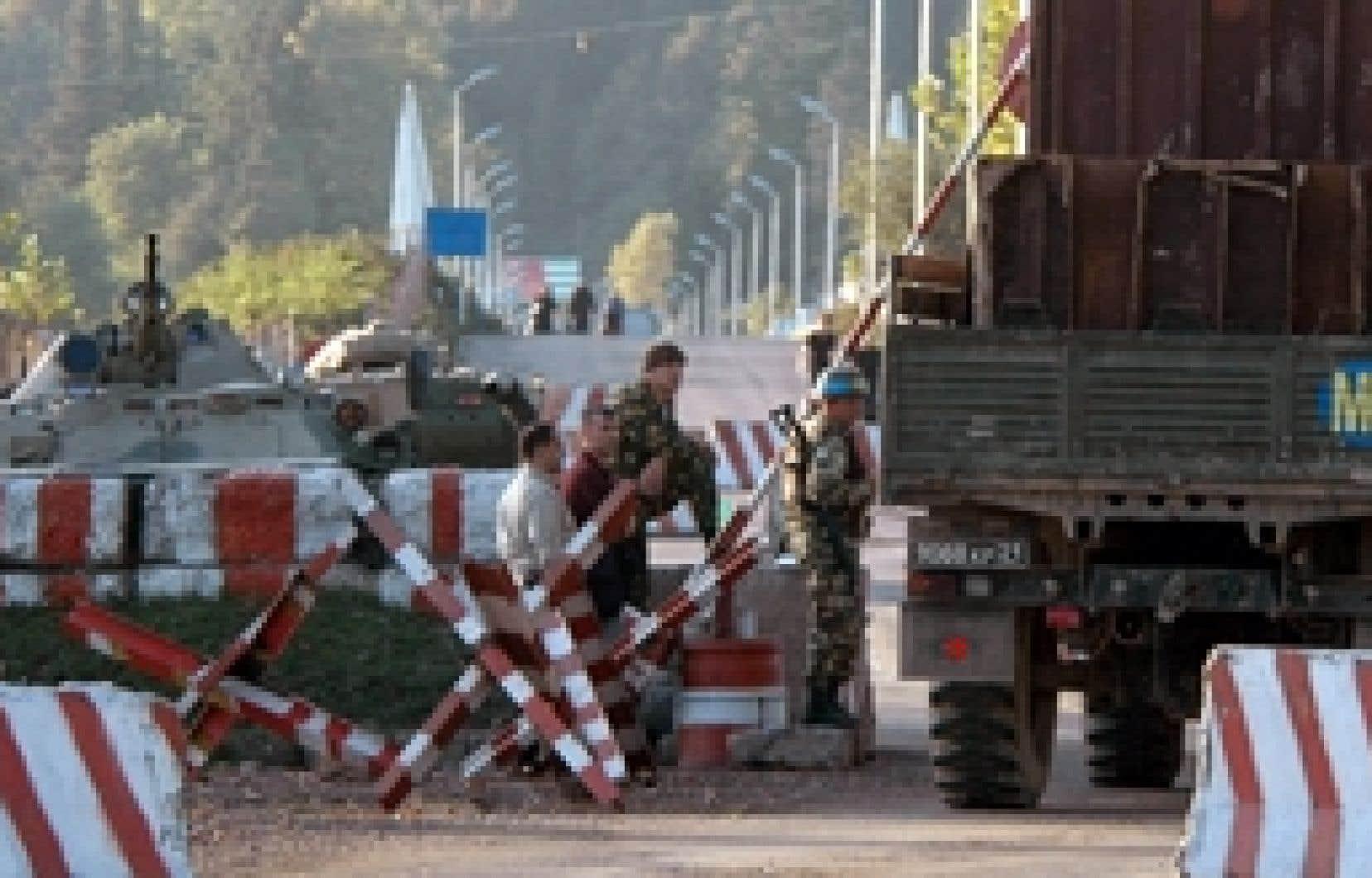 Un poste de contrôle tenu par les Russes à la frontière entre la Géorgie et l'Abkhazie, hier. Le poste de contrôle d'Ali, situé dans le village de Nabakhtevi (centre), a été démantelé hier matin, sous le contrôle des observateurs européen