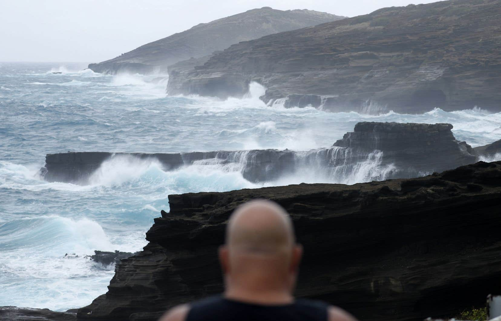 Des vagues se brisent sur une côte rocheuse avant l'arrivée de la tempête tropicale «Lane», vendredi 24 août 2018, près d'Honolulu.