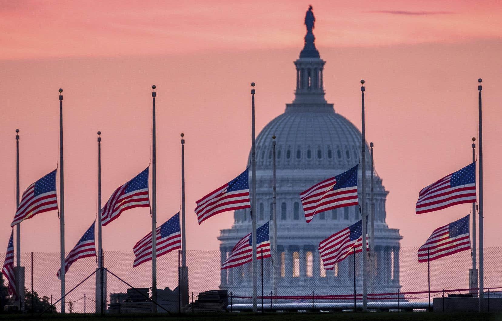Des drapeaux volant en berne en l'honneur du sénateur John McCain, à Washington, dimanche le 26 août 2018.