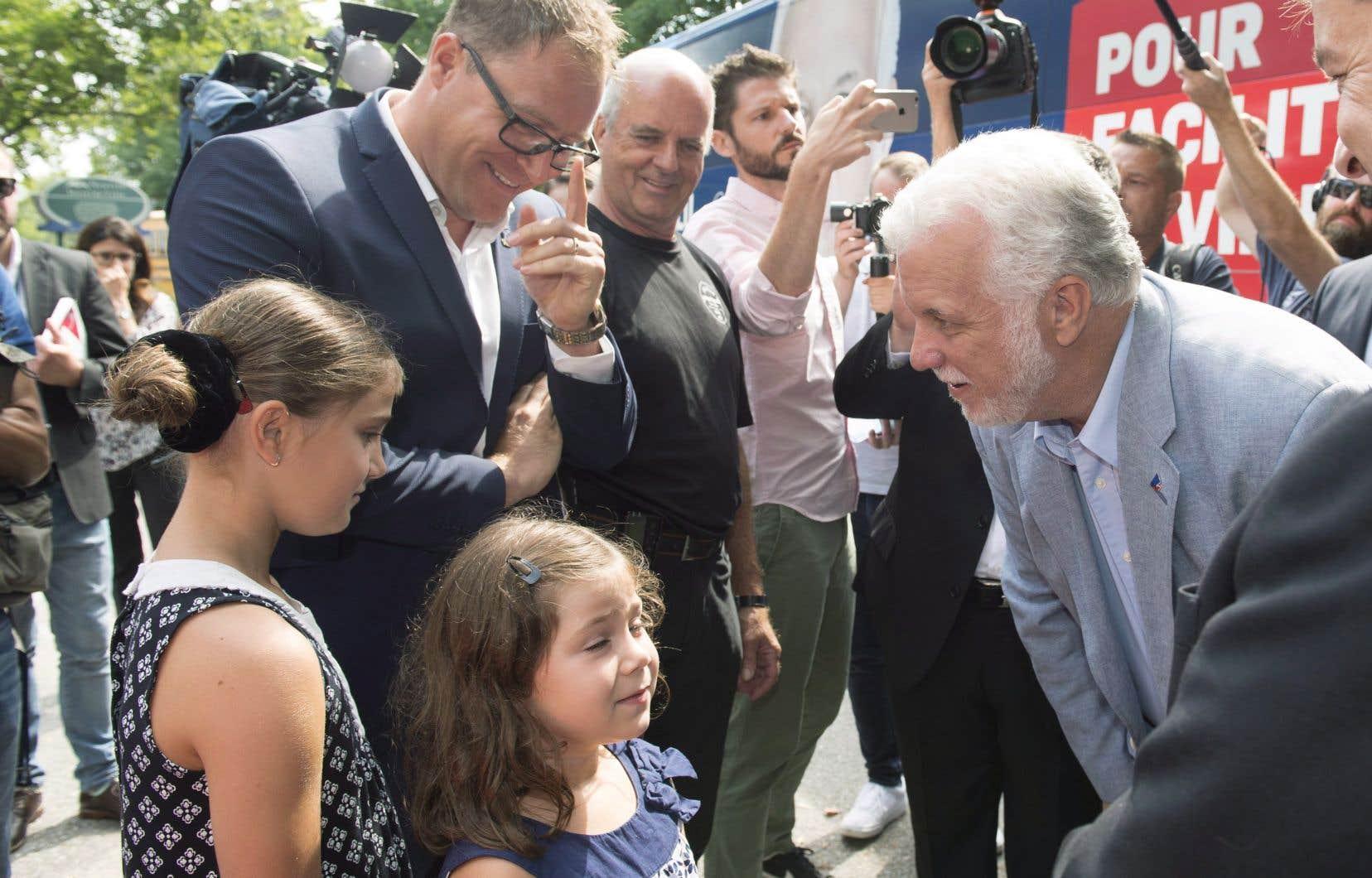 Philippe Couillard bonifie une promesse faite par son prédécesseur, Jean Charest, en 2012 consistant à étendre la couverture des soins dentaires de base aux enfants de 10 à 16ans.