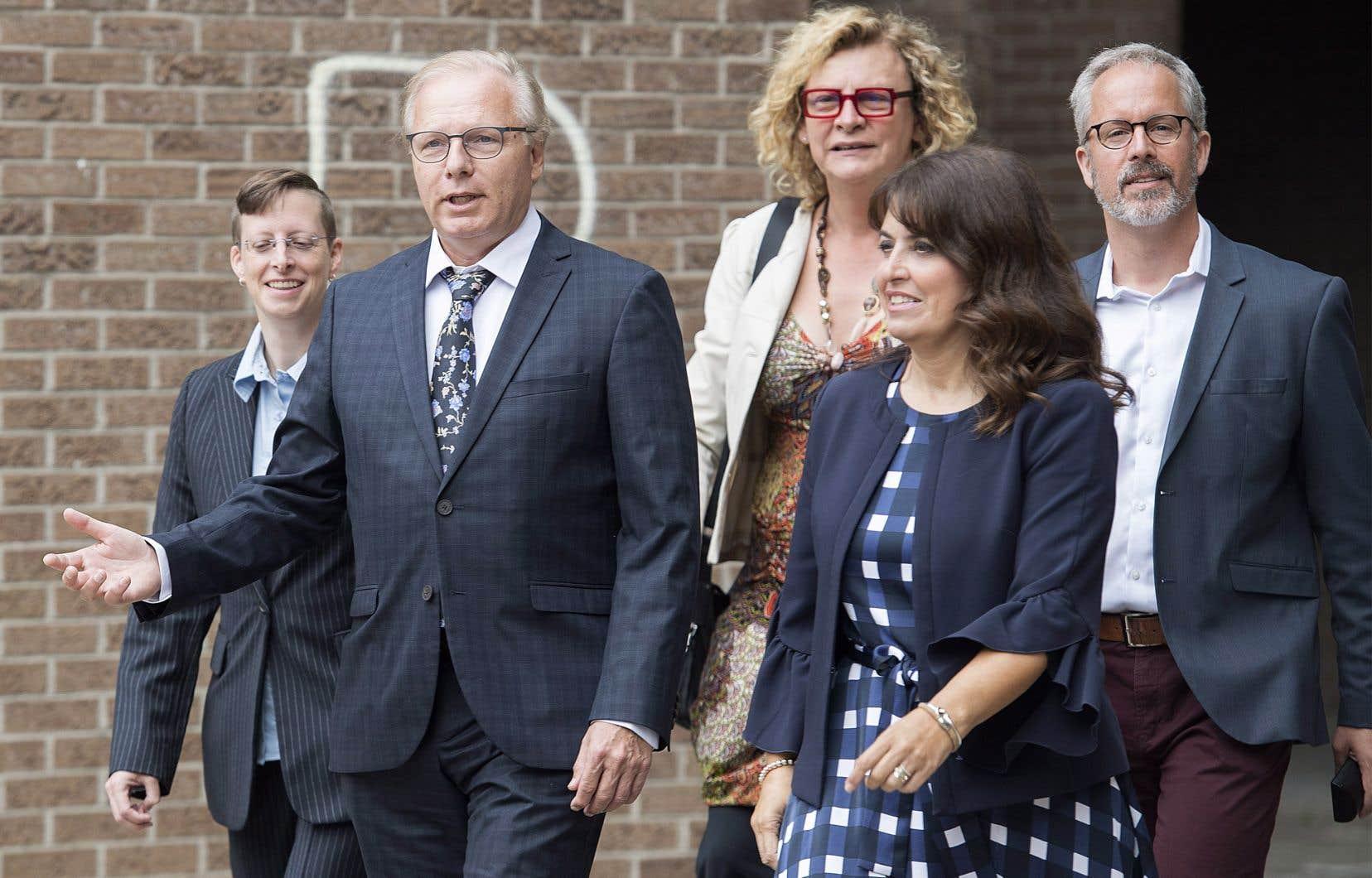 Le chef du Parti québécois, Jean-François Lisee, à gauche, et la chef adjointe, Véronique Hivon, à droite, arrivant à un événement de nomination lors de la campagne électorale à Montréal, le dimanche 26 août 2018