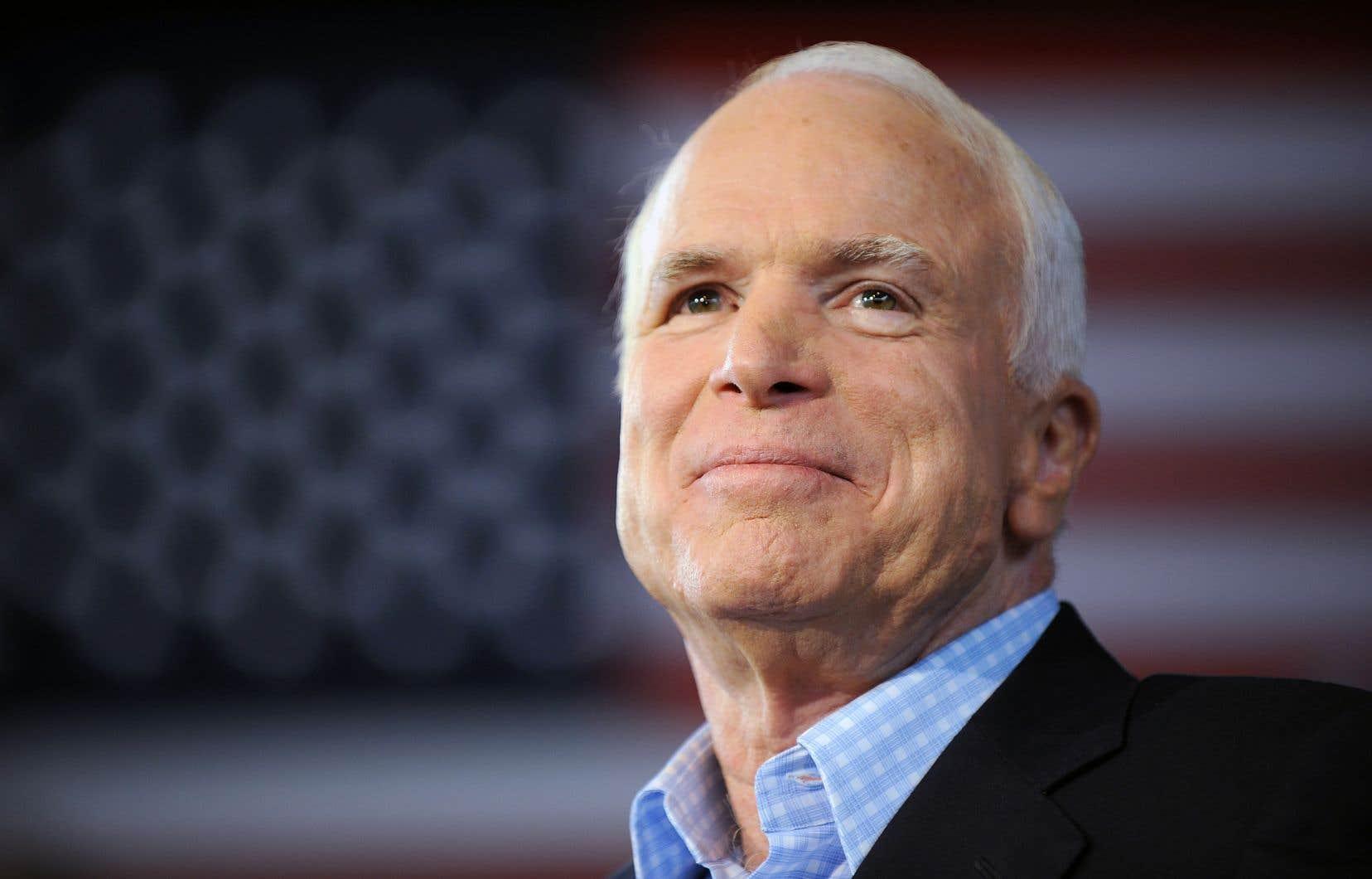 Malgré son traitement puis son absence de Washington depuis décembre dernier, John McCain était resté relativement actif politiquement.