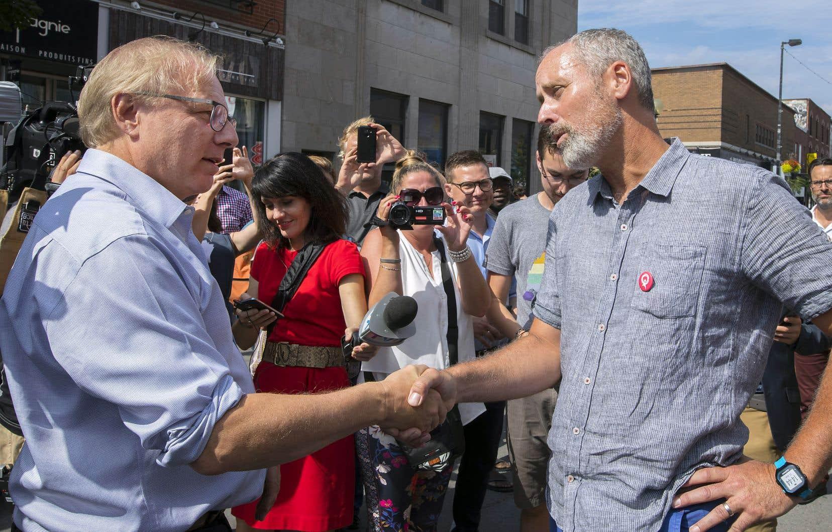 Adversaires dans la circonscription de Rosemont, le chef péquiste, Jean-François Lisée, et Vincent Marissal, de Québec solidaire, se sont croisés samedi. Ils en ont profité pour se serrer la main.