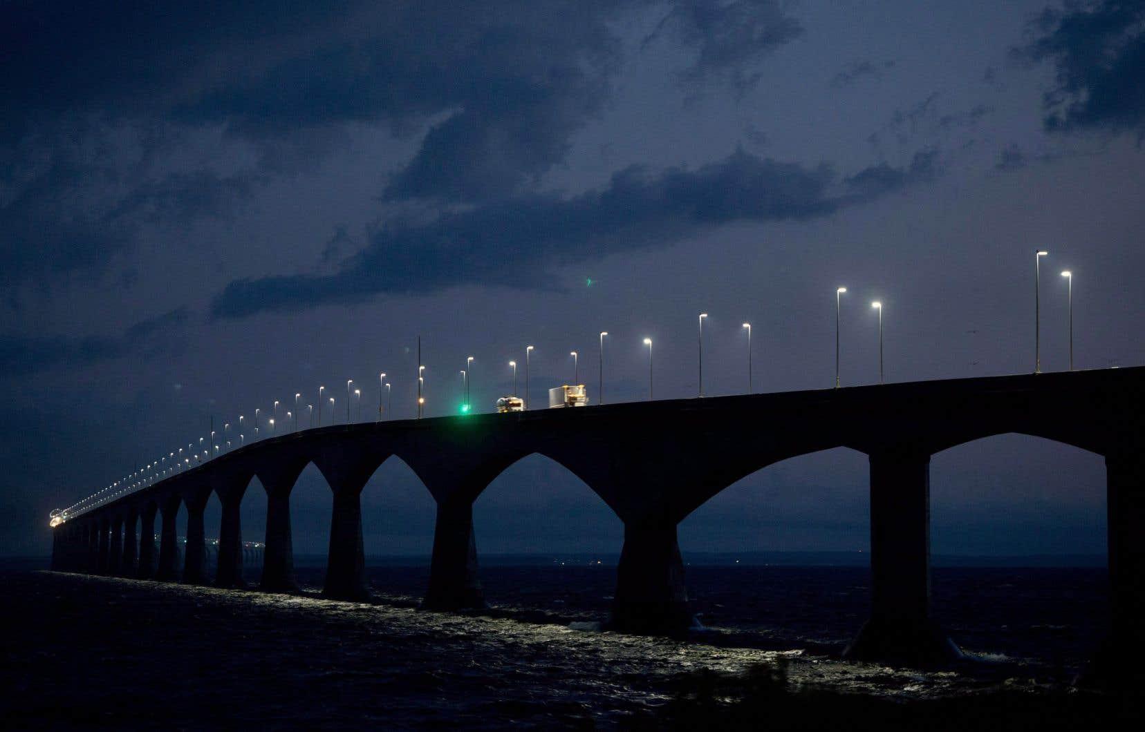 Ottawa a publié un appel d'offres demandant aux sociétés d'ingénierie d'évaluer comment les changements climatiques et les conditions météorologiques extrêmes affecteront certaines des principales gares maritimes, aéroports et le pont de la Confédération.