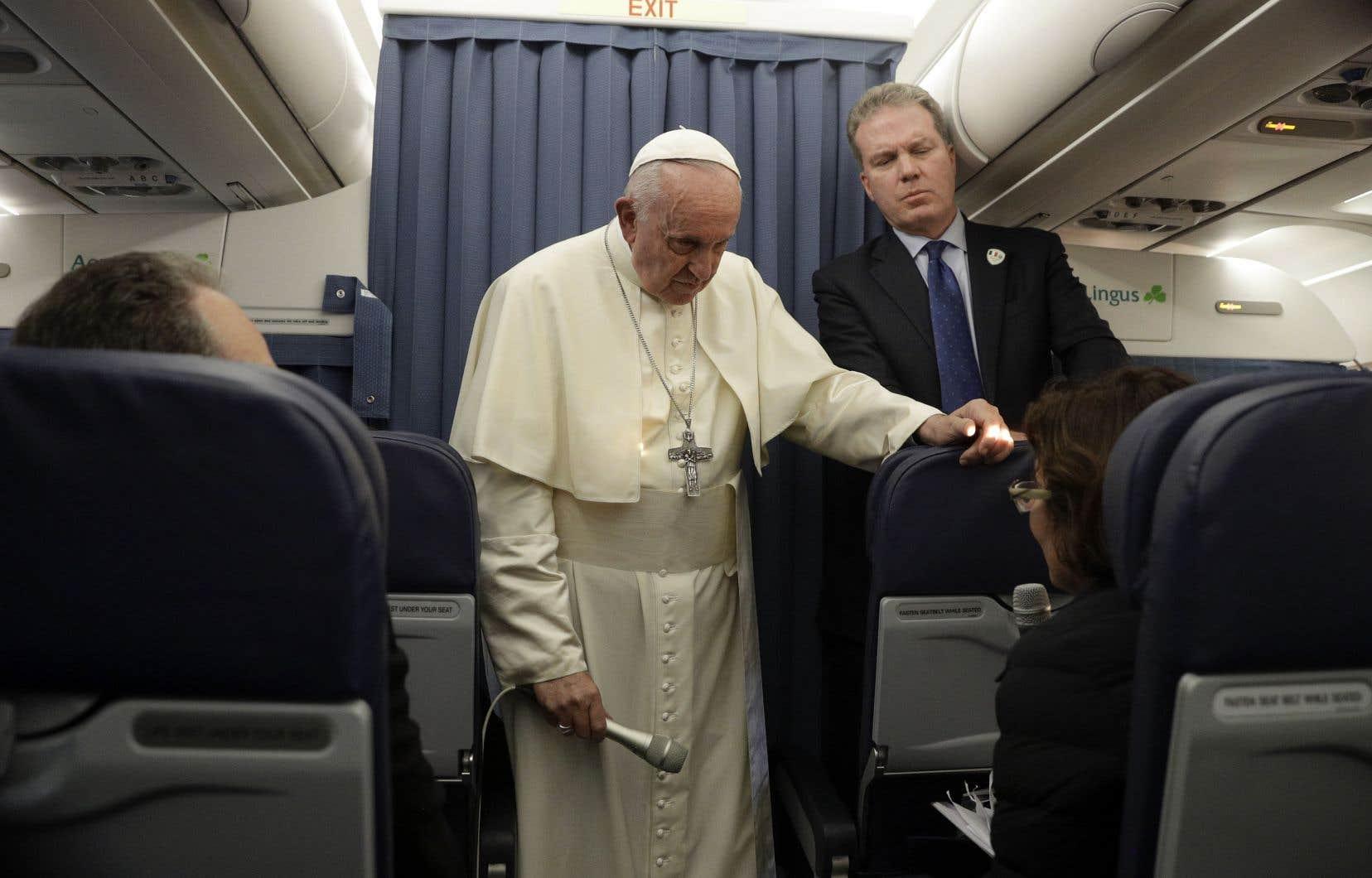 Le pape François s'adresse à un journaliste lors d'une conférence de presse en vol alors qu'il rentrait d'Irlande au Vatican, le 26 août 2018.