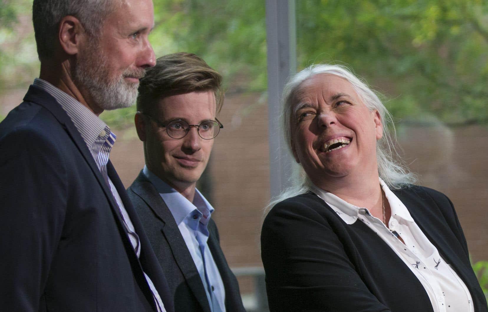 La porte-parole de QS Manon Massé a dévoilé le cadre financier du parti, lundi, accompagnée ici des candidats Vincent Marissal et Simon Tremblay-Pépin.