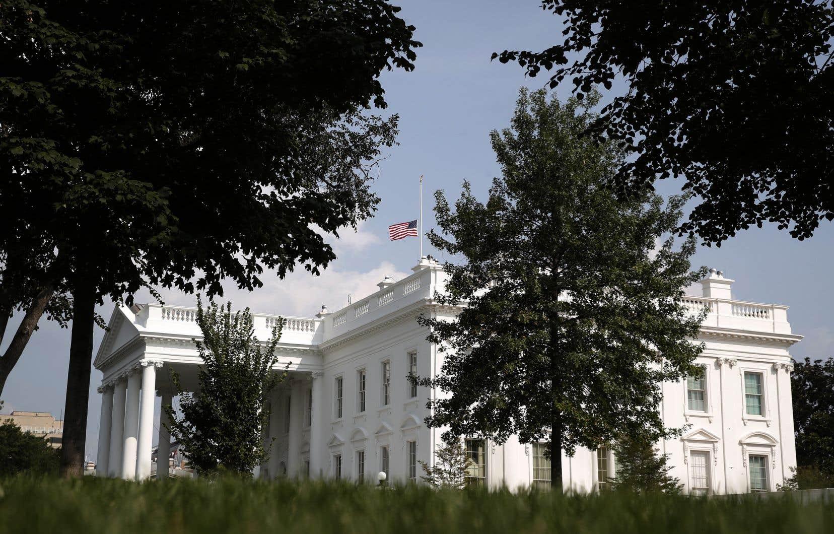 Donald Trump a finalement ordonné la mise en berne des drapeaux à travers le pays, en hommage à John McCain.