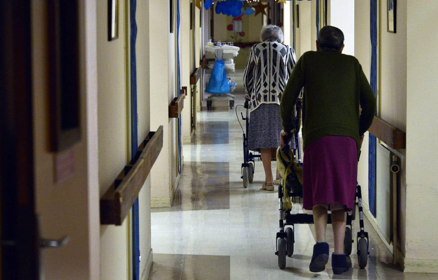 Médicaments distribués en retard, repas retardés ou couches non changées sont des exemples de situations rapportées par des travailleurs en CHSLD.
