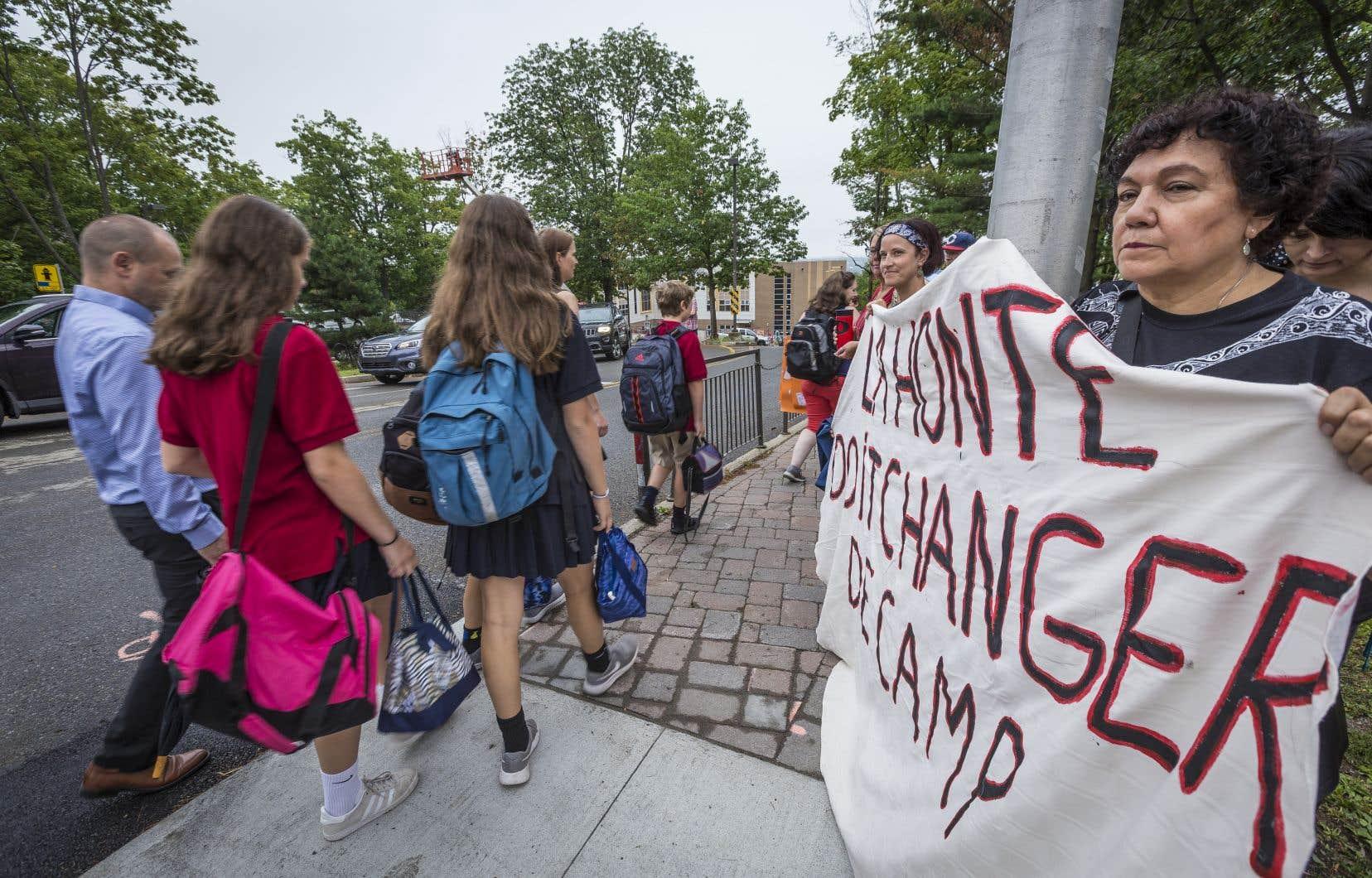 Une trentaine de manifestants brandissaient affiches et banderoles alors que les élèves retournaient en classe.