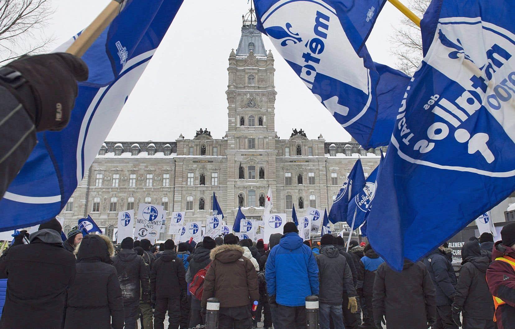Les travailleurs d'ABI ont manifesté en février devant l'Assemblée nationale, à Québec. Ils interpellent maintenant les chefs des partis pour qu'ils se positionnent sur le conflit.