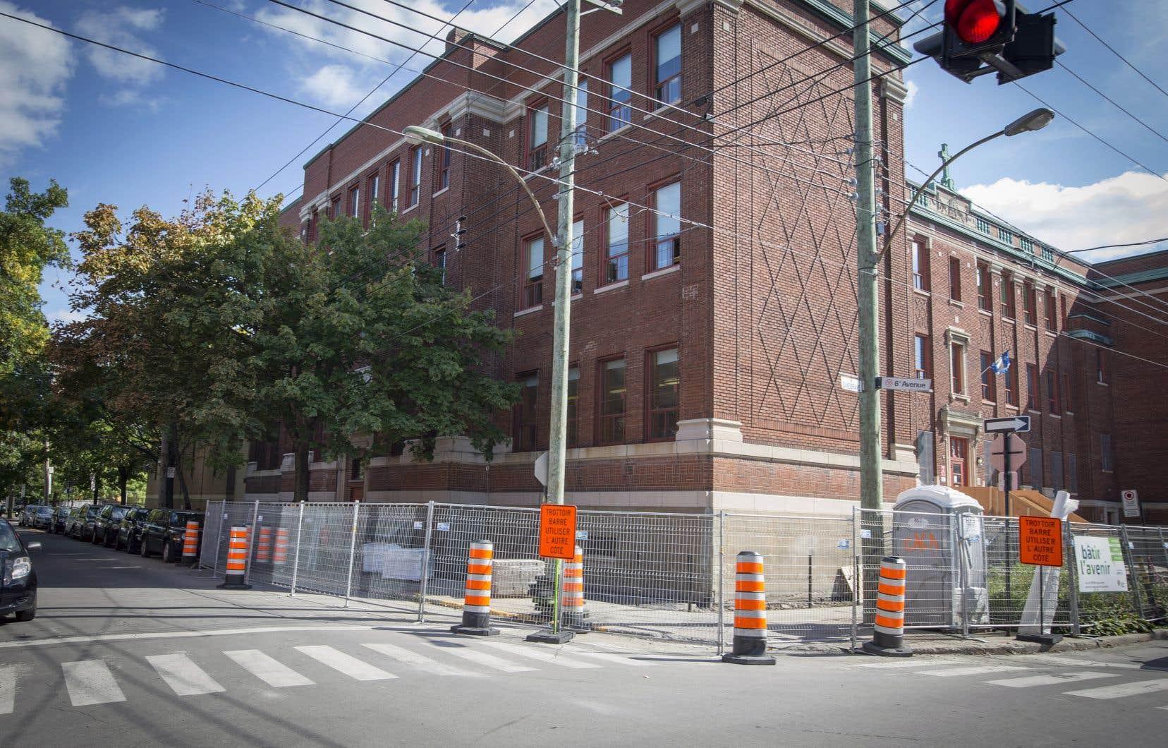 Les élèves ont repris le chemin des classes et ils ont parfois la surprise — comme ici à l'école Saint-Jean-de-Brébeuf, à Rosemont — de partager l'école avec des ouvriers de la construction chargés de remettre les lieux en meilleur état.