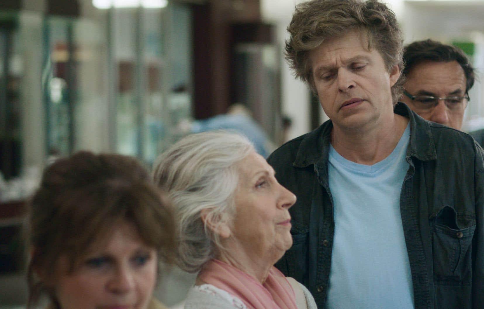 La série «File d'attente» est une comédie dramatique mettant en scène deux familles qui s'entrecroisent dans divers endroits où elles sont contraintes.