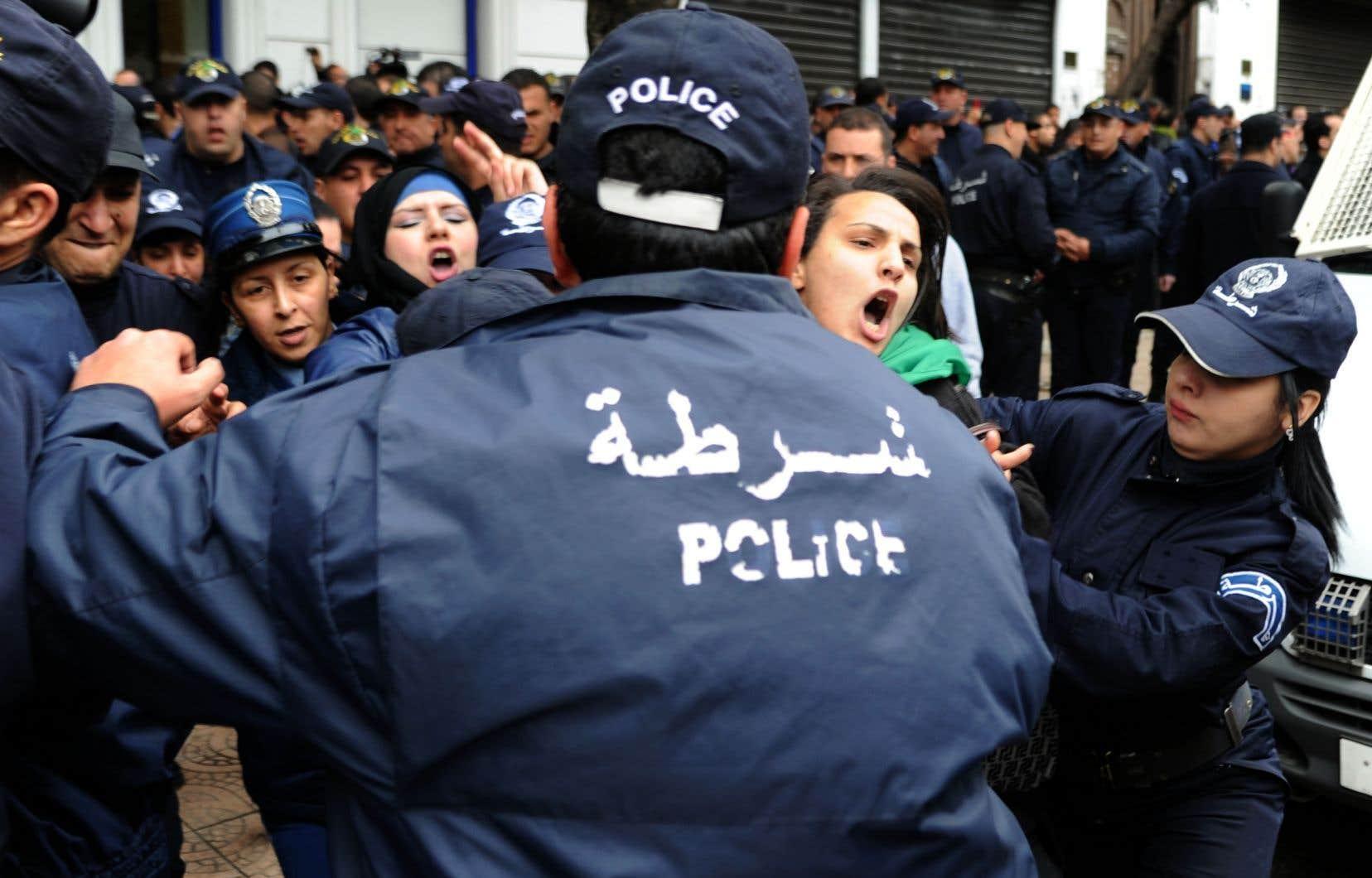 La police algérienne procède à des arrestations lors d'une manifestation anti-gouvernementale.