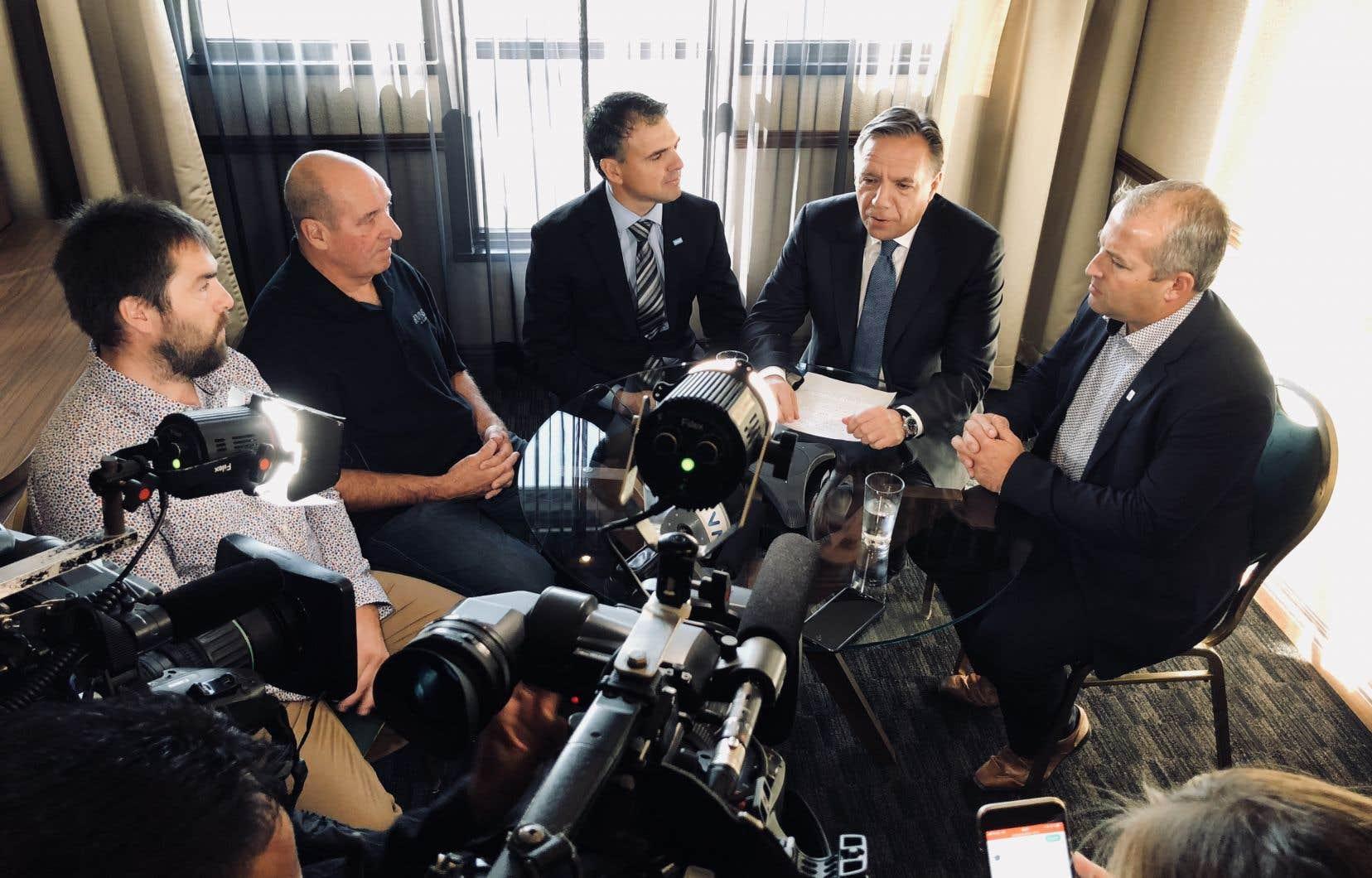 Entouré de quatre représentants régionaux de l'UPA, de producteurs laitiers et de producteurs bovins, M.Legault a tenu une courte conférence téléphonique dans une petite suite de l'hôtel où logeait la caravane, arrivée jeudi soir du Bas-Saint-Laurent.