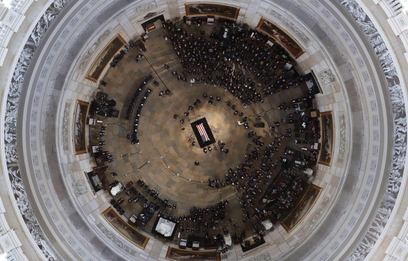 Le cercueil drapé du défunt sénateur américain John McCain a été exposé sous la coupole du Capitole, à Washington.