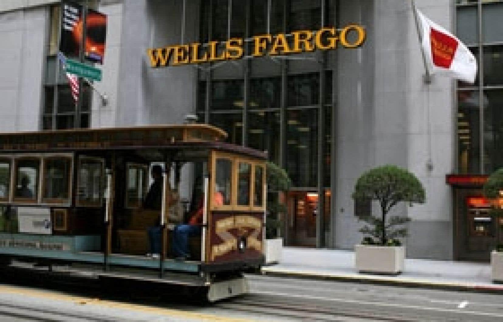 Un tramway à câble passe devant une des succursales de la Wells Fargo, à San Francisco