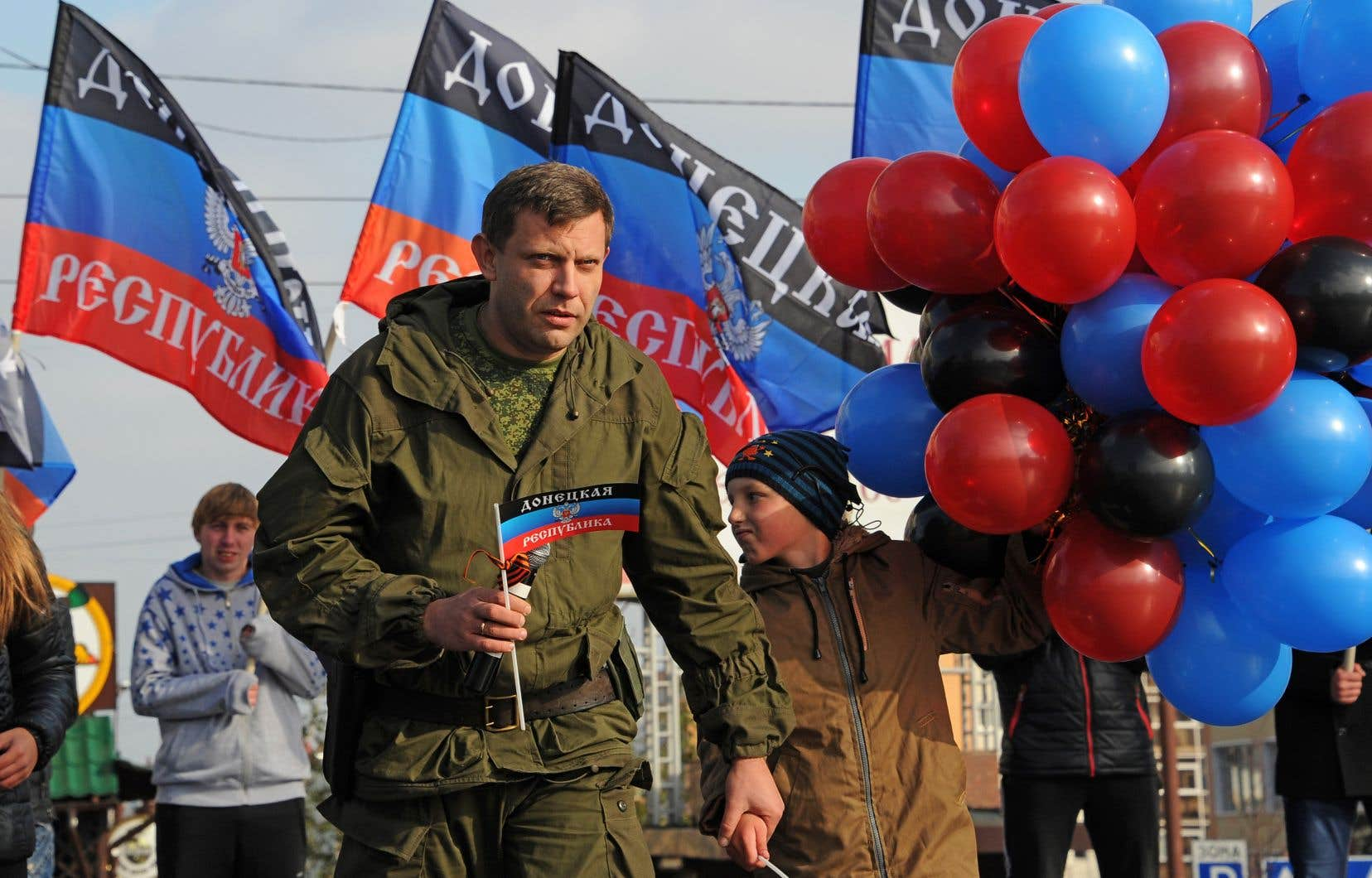 Alexander Zakharchenko tenait le drapeau de la République populaire de Donetsk lors de sa présentation sur la place Lénine, à Donetsk (est), en octobre 2014.